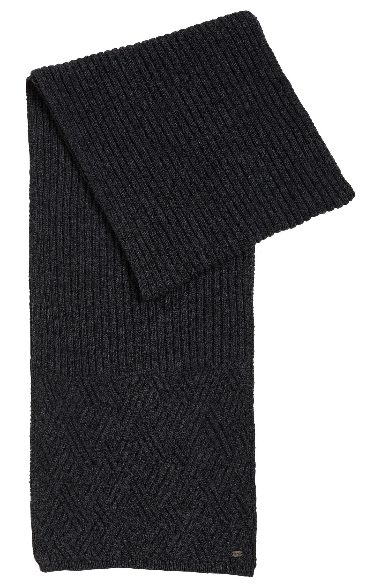 Sciarpa in maglia con motivo a treccia e logo in metallo