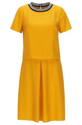 Mehrlagiges Regular-Fit Kurzarm-Kleid aus Material-Mix, Gold