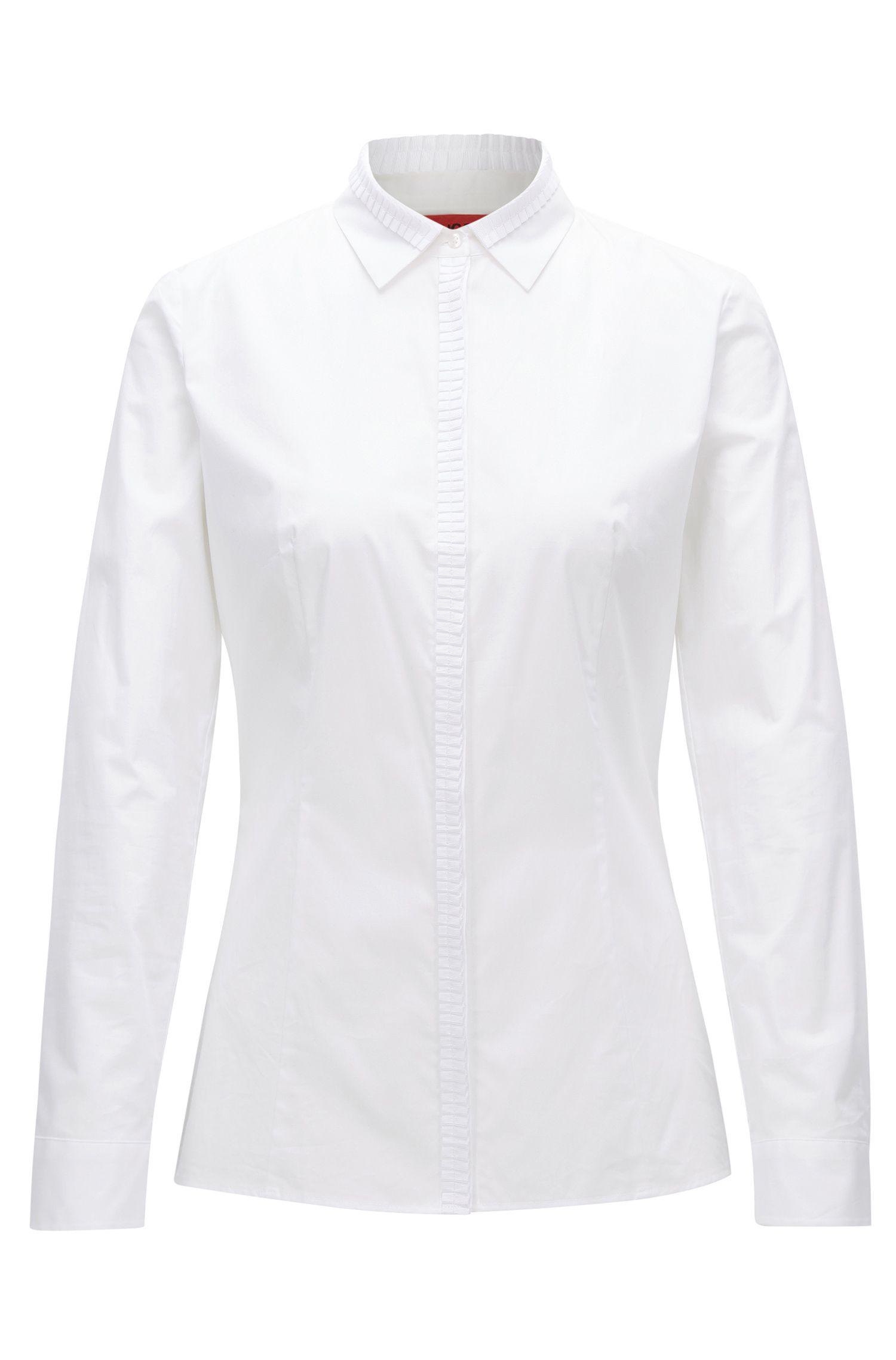 Blusa slim fit en popelín de algodón elástico