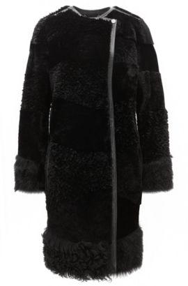 Regular-Fit Mantel aus Lammfell im Bahnen-Design, Schwarz