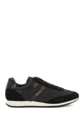 Sneakers stringate con sezioni in pelle scamosciata, Nero