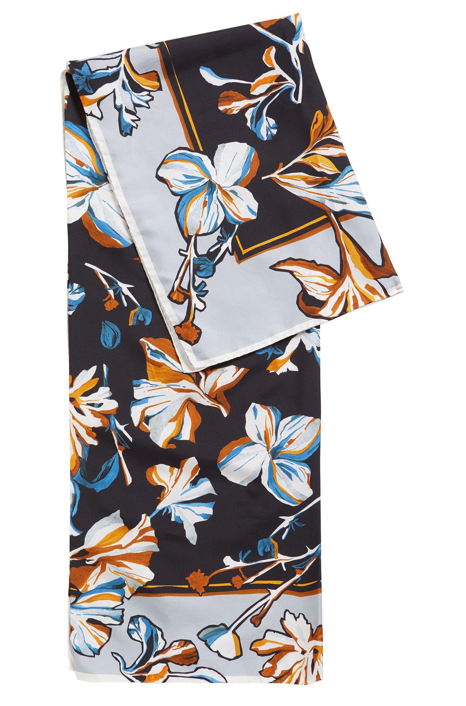 Écharpe en soie ornée d'un motif fleurs peintes à la main
