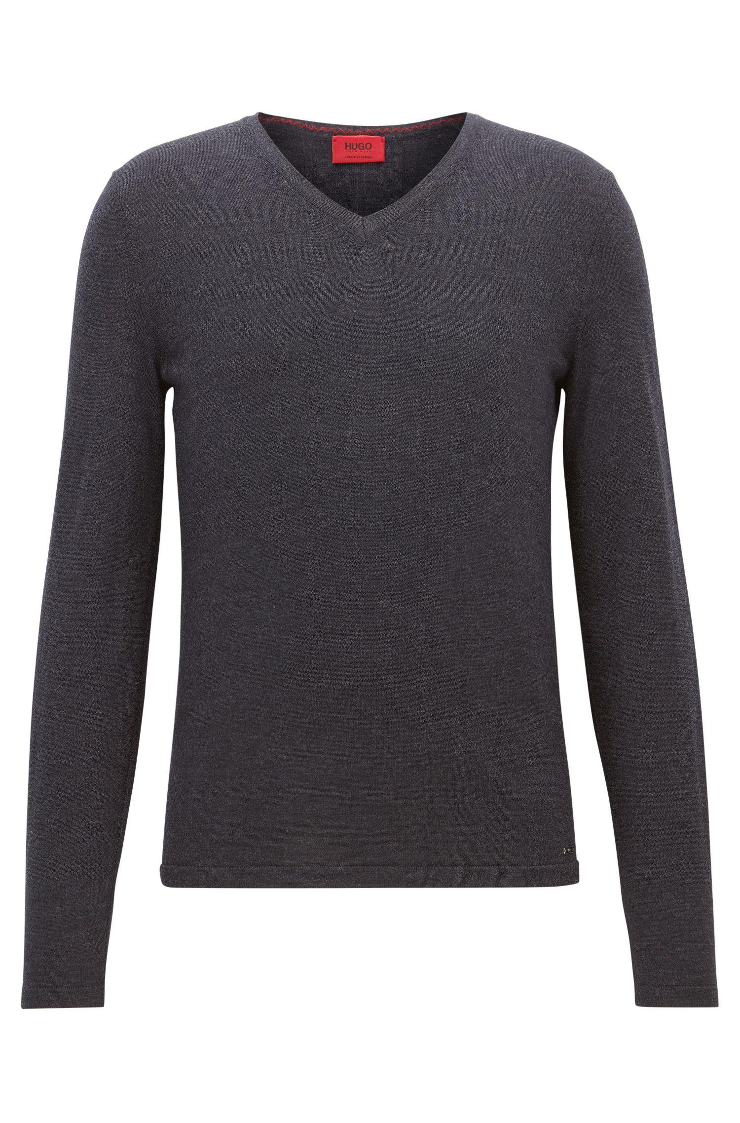 Jersey slim fit con cuello en pico en lana de merino