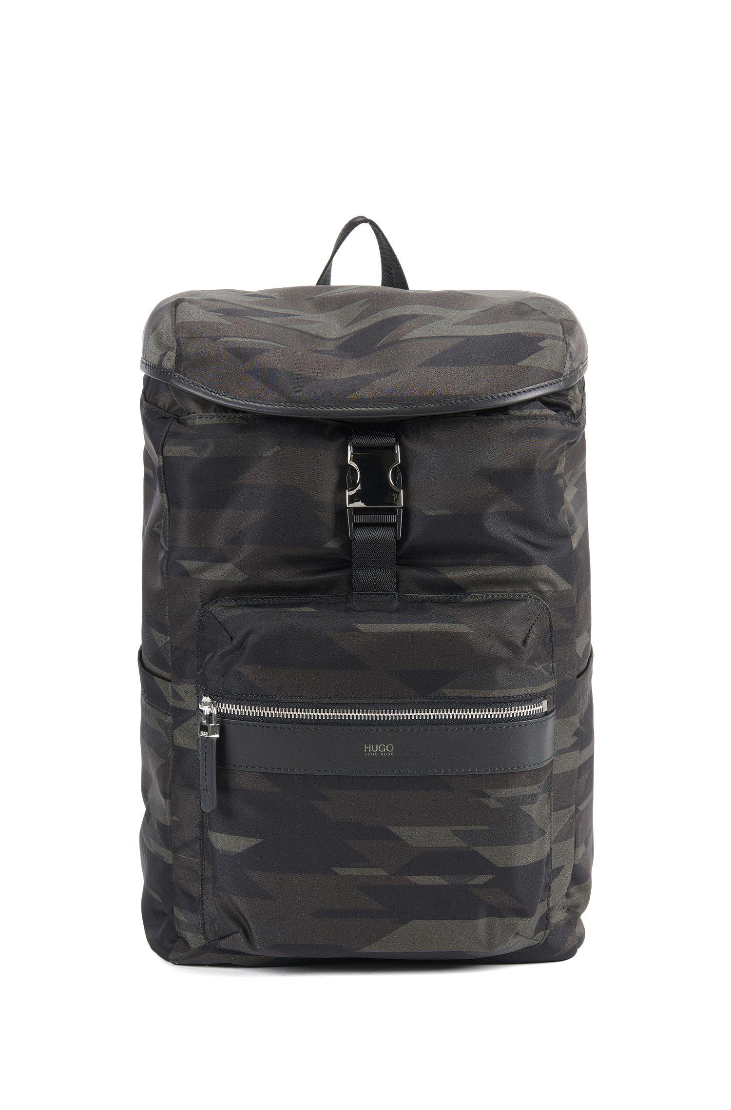 Rucksack aus Funktionsgewebe mit Camouflage-Print und Leder-Details