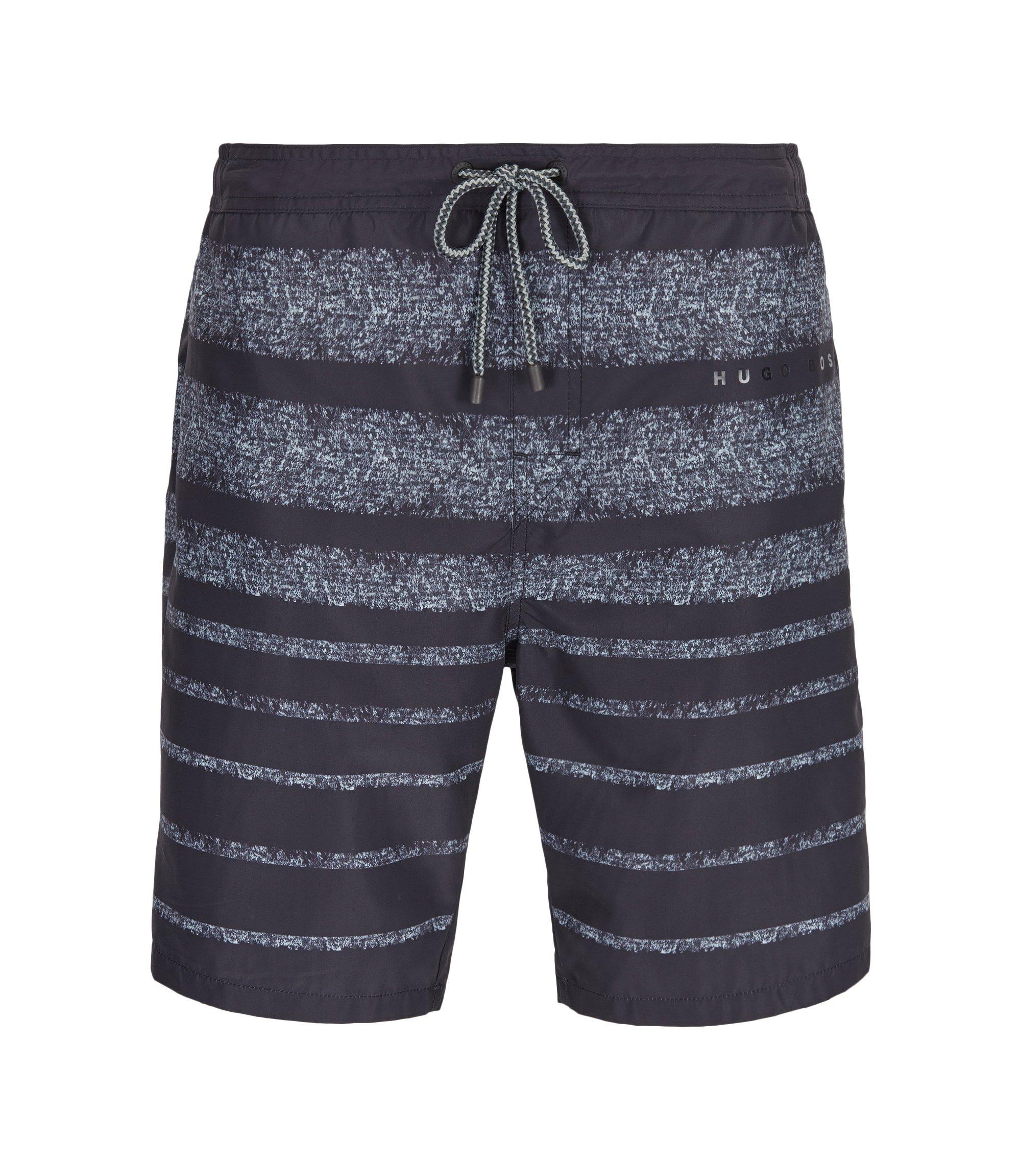 Bañador short a rayas largo en tejido técnico con función de secado rápido, Gris oscuro