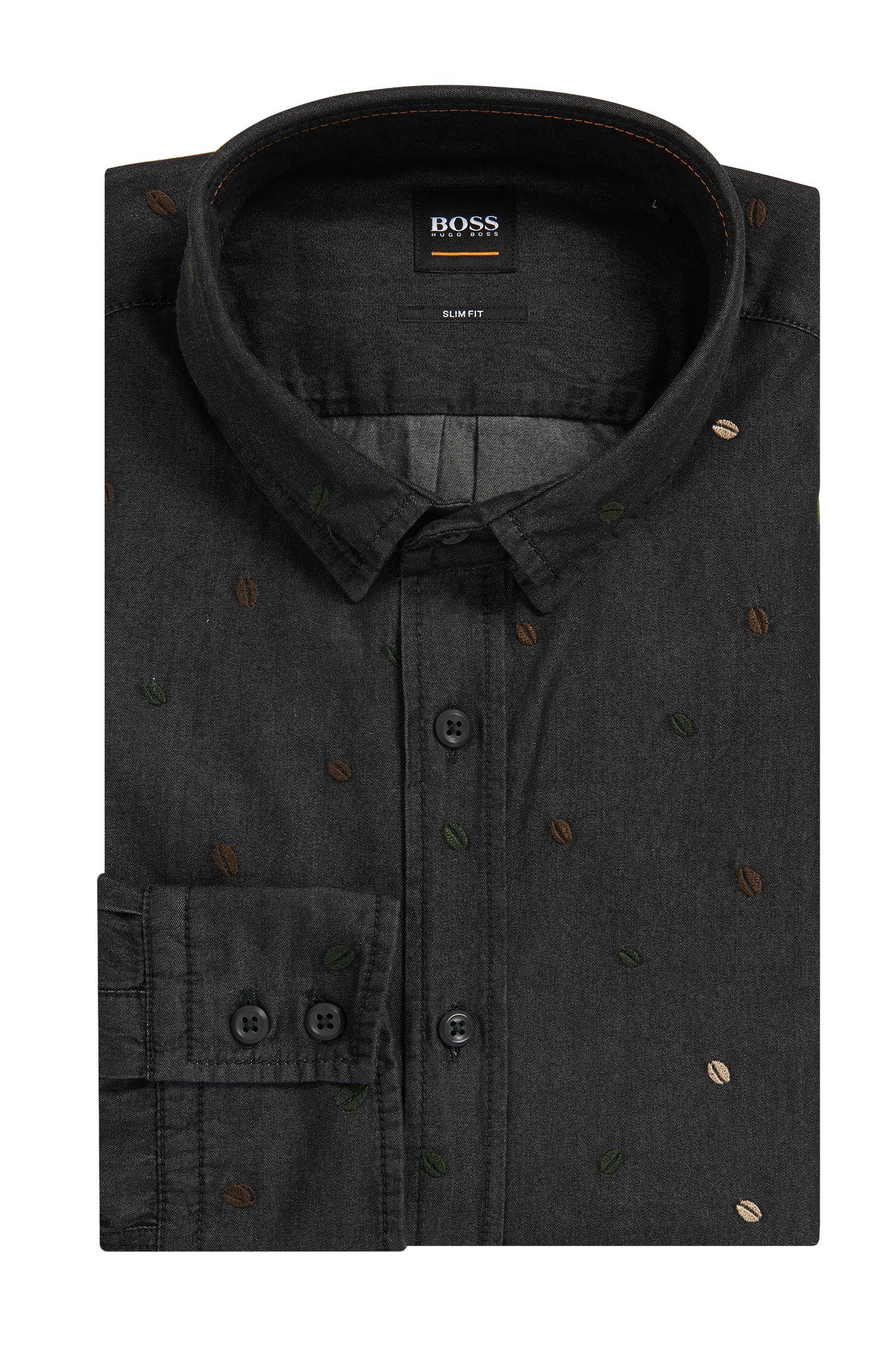 Camisa slim fit bordada en denim negro con lavado enzimático
