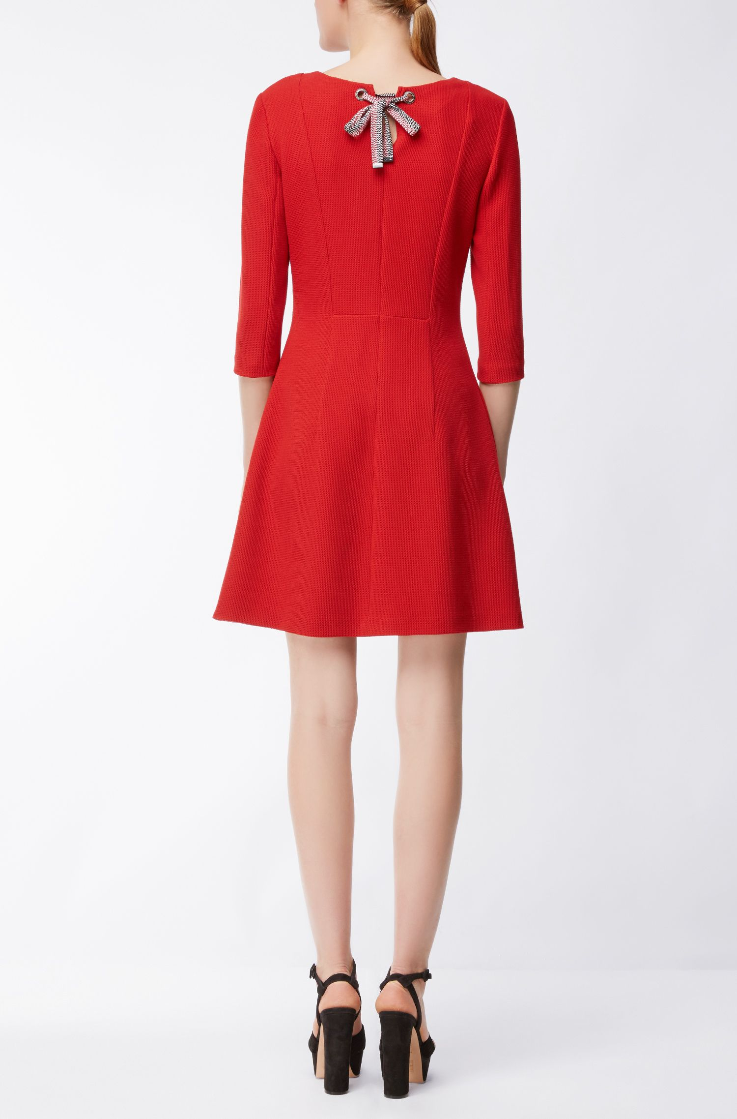 Strukturiertes Kleid aus elastischem Material-Mix mit Schleifen-Detail