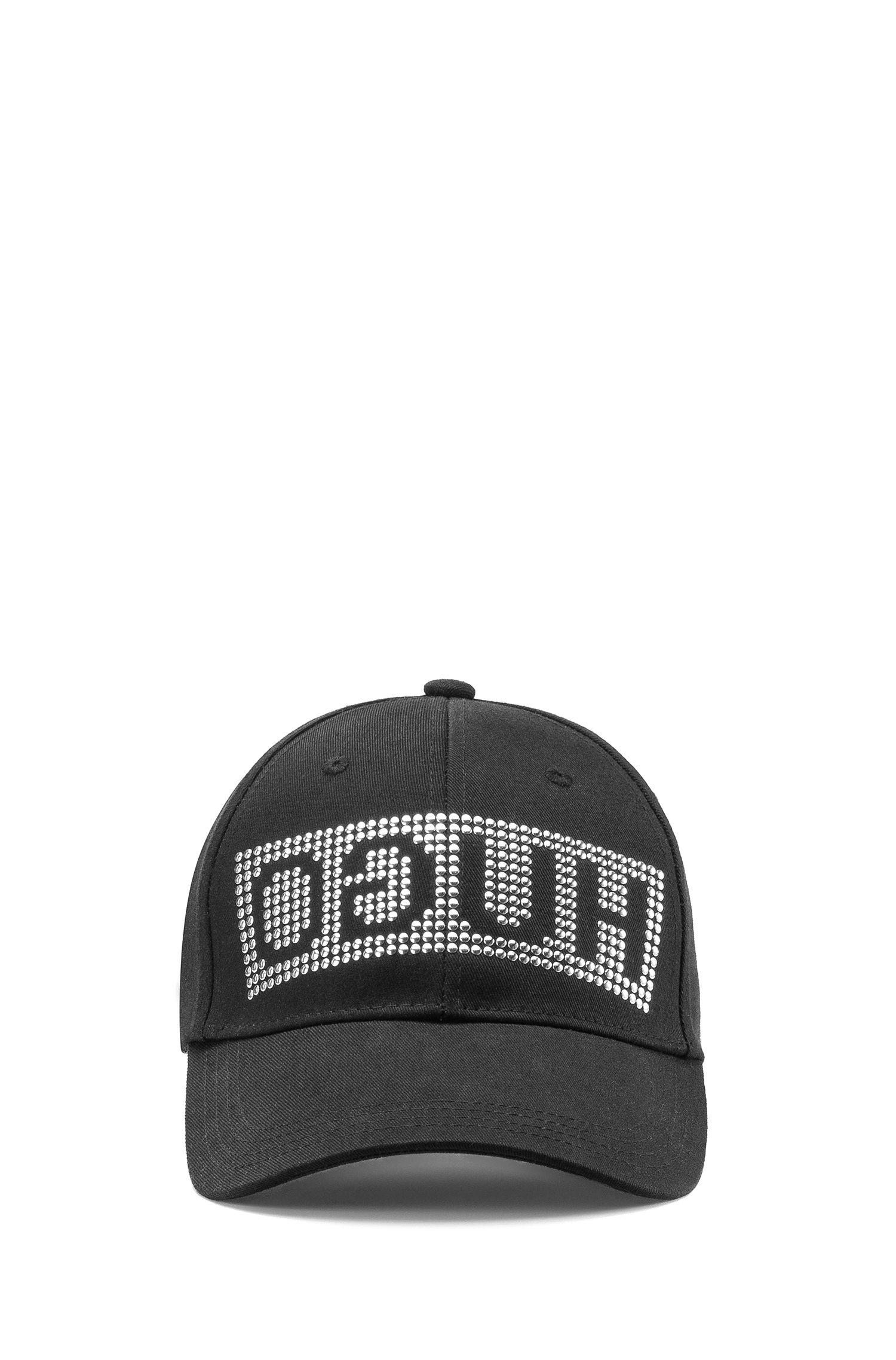 Gorra de béisbol en tejido de gabardina con logo invertido con tachuelas