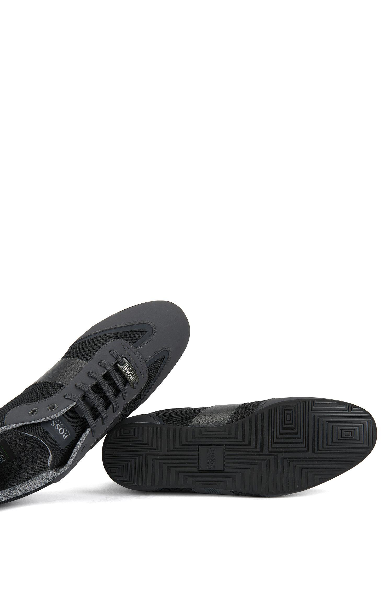 Lage sneakers van technisch materiaal met wingtipdetail van imitatienubuck