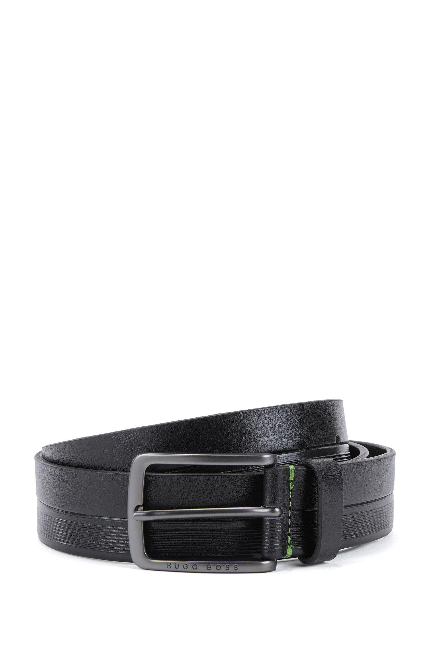 Cinturón de piel con rayas y logos grabados