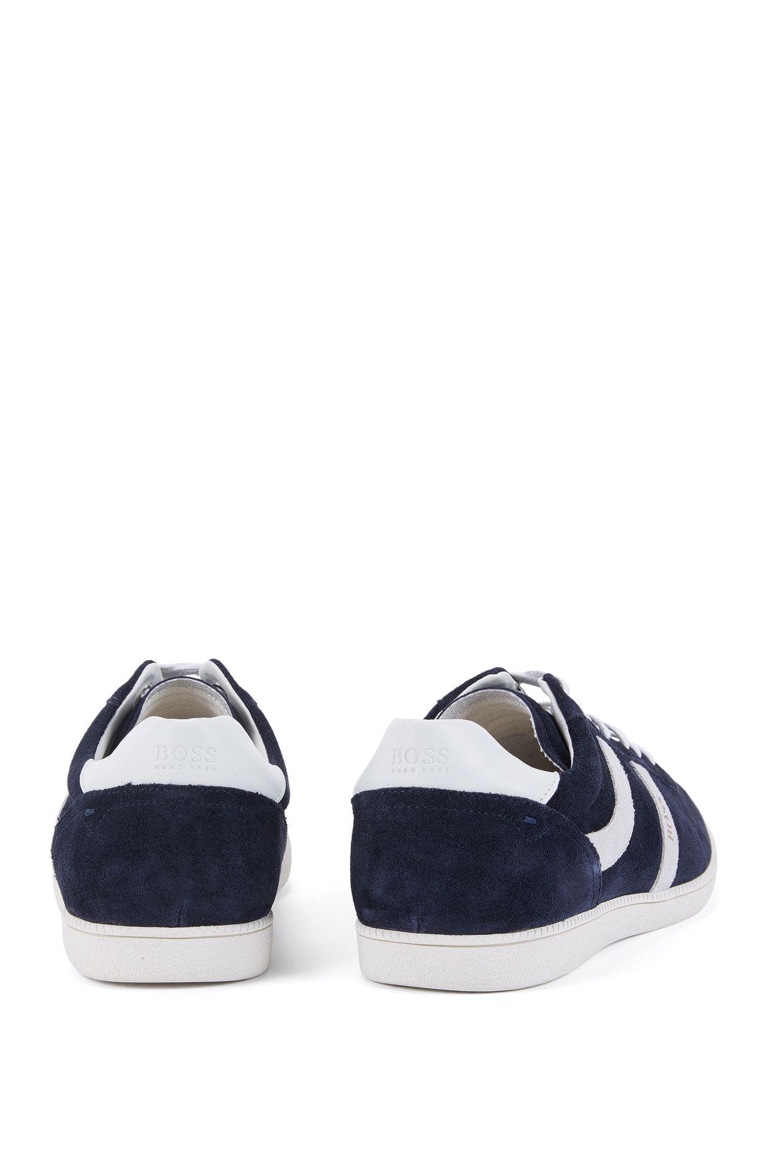 Sneakers aus Veloursleder mit seitlichen Streifen