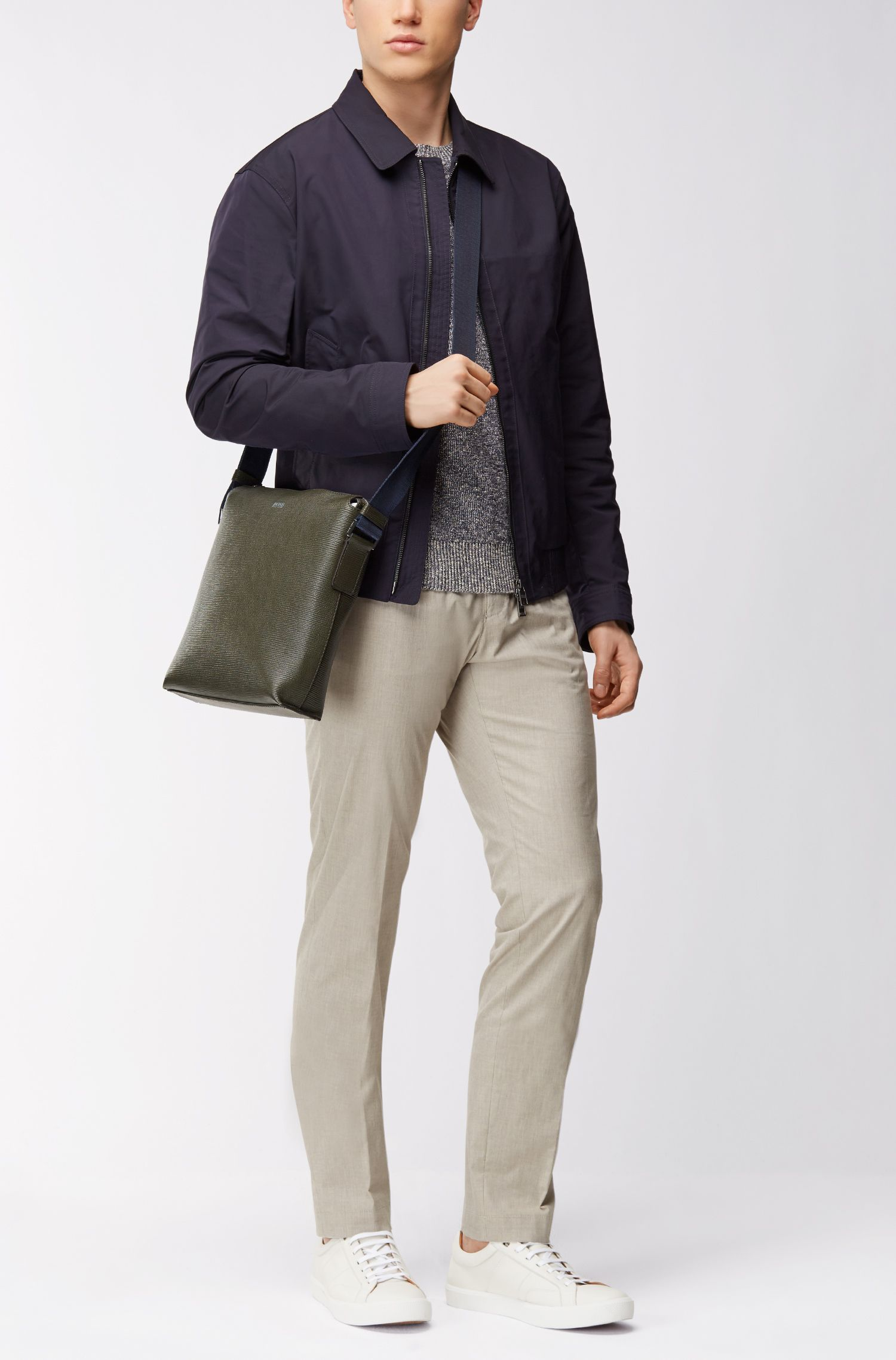 Bolso de mensajero en piel italiana con aspecto de paja estampada