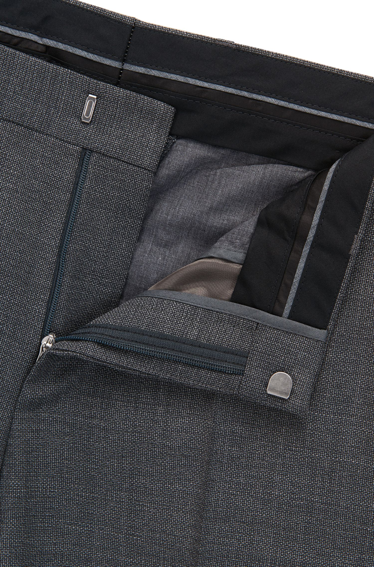 Pantalon Slim Fit en sergé de laine vierge à teneur en stretch naturel provenant de la fabrique Tesse.