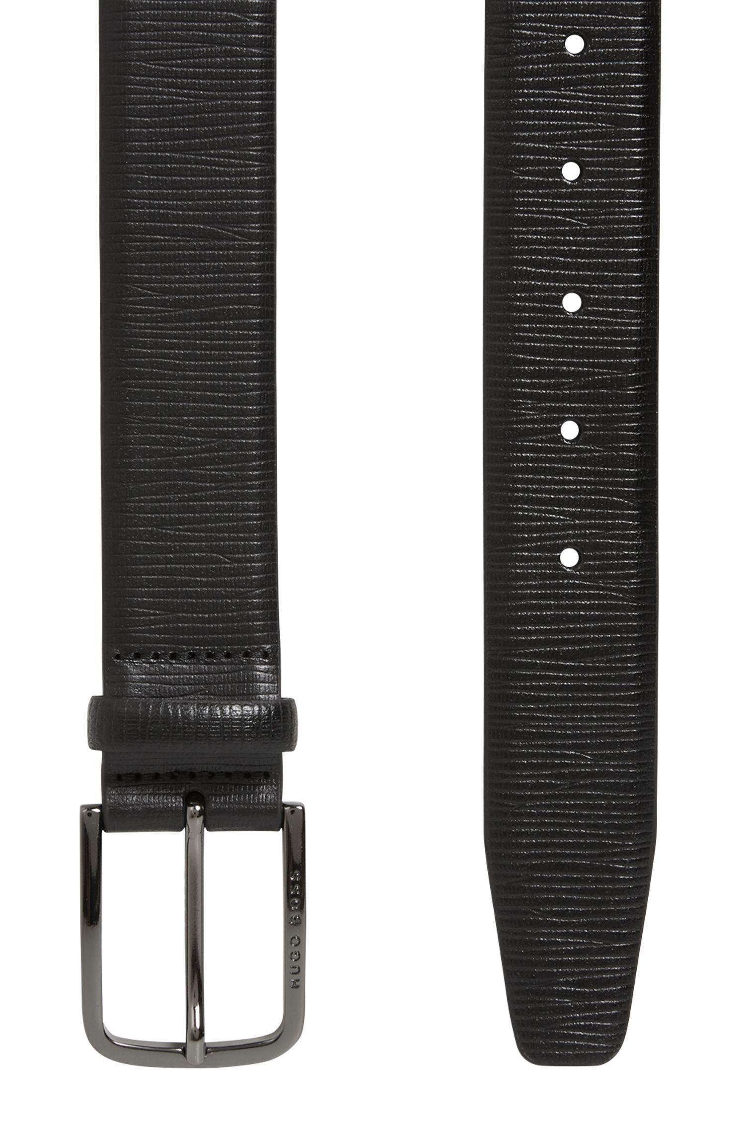 Cinturón de piel repujada con herrajes de metal pesado