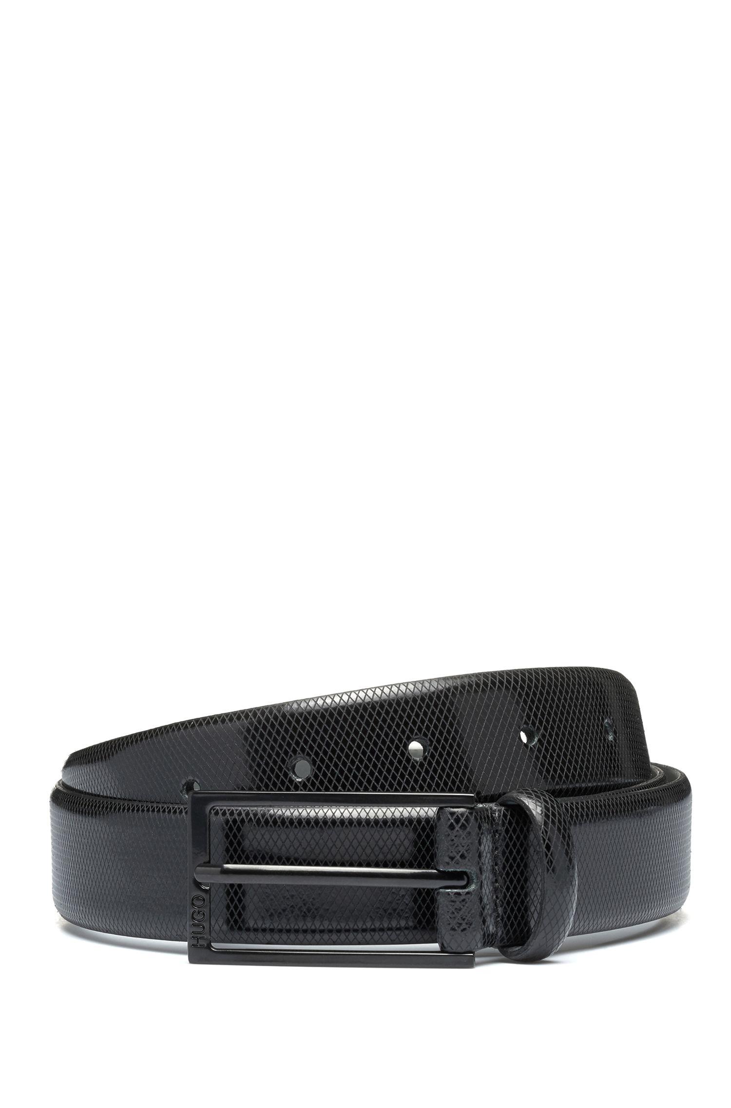 Cinturón de piel grabado con herrajes barnizados en negro
