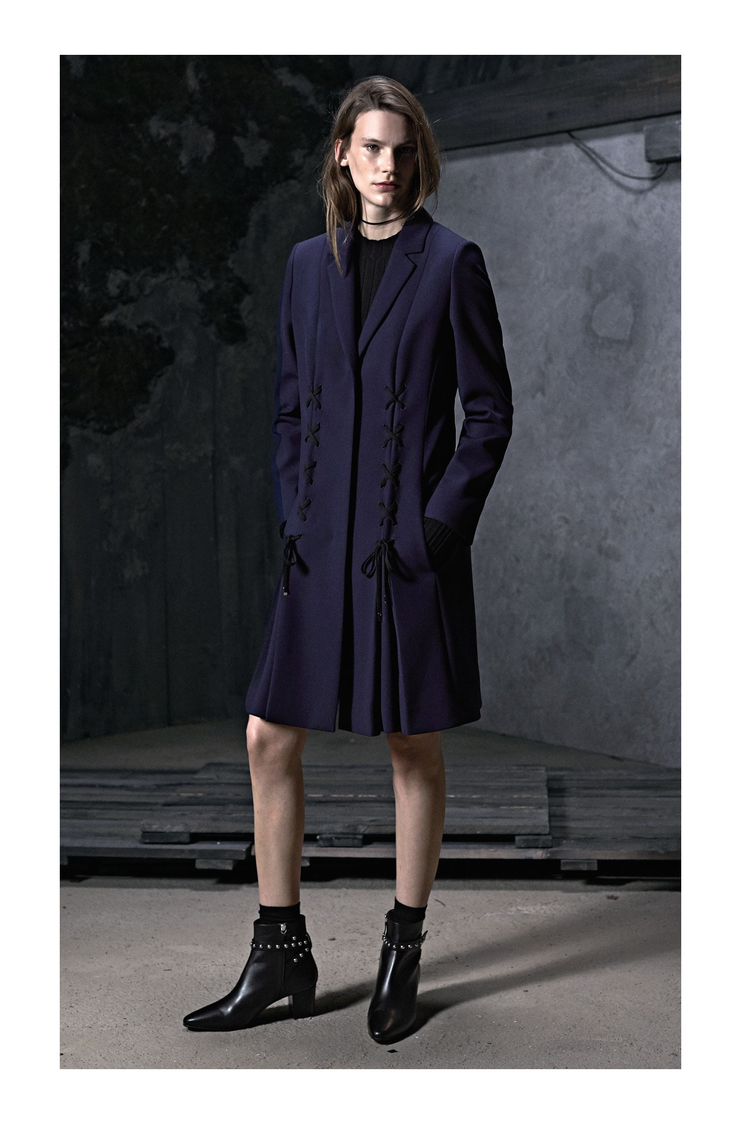 Hochgeschlossener Pullover aus Material-Mix mit Ripp-Struktur