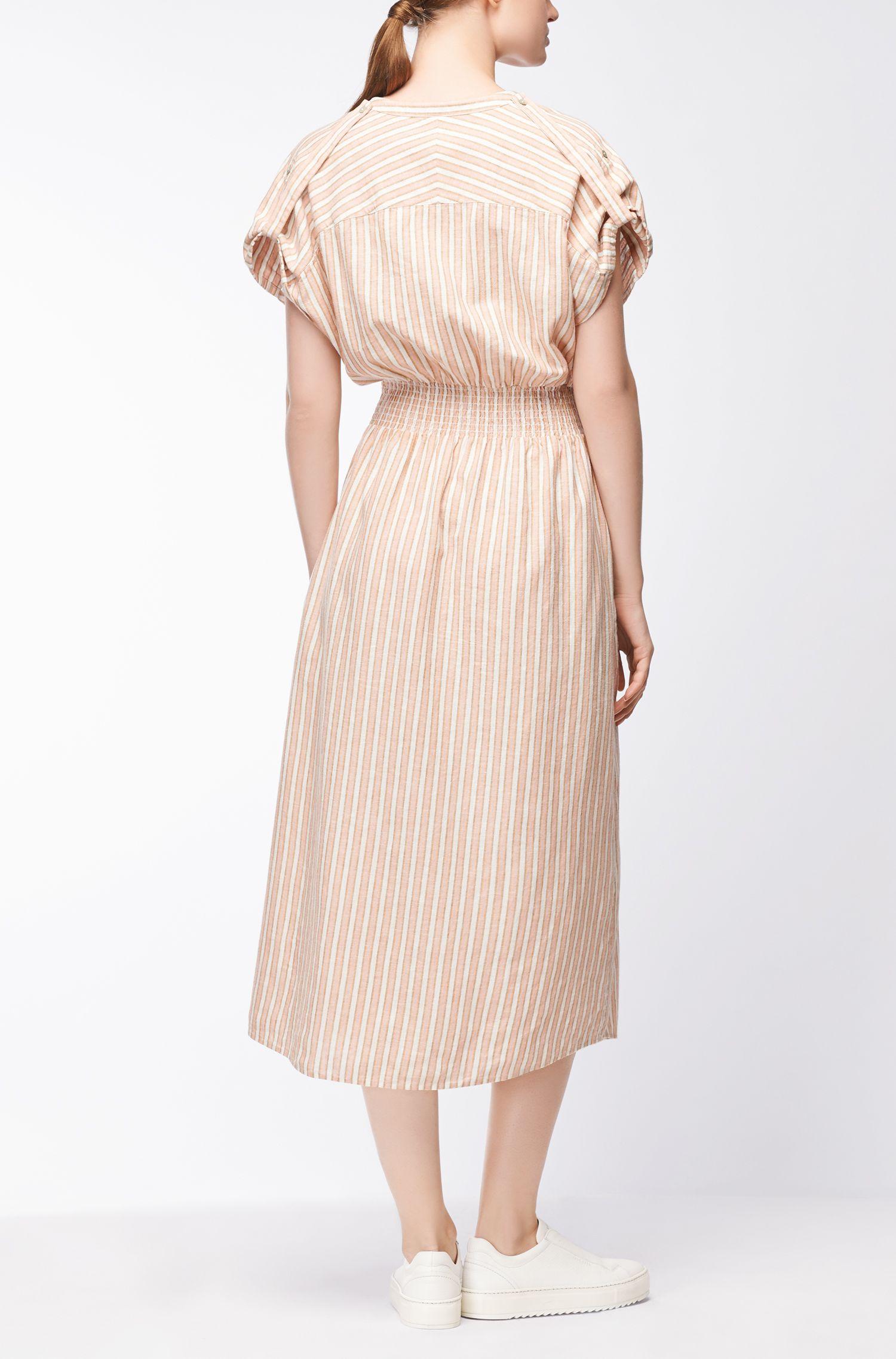 Gestreepte jurk van een linnenmix met gesmokte taille