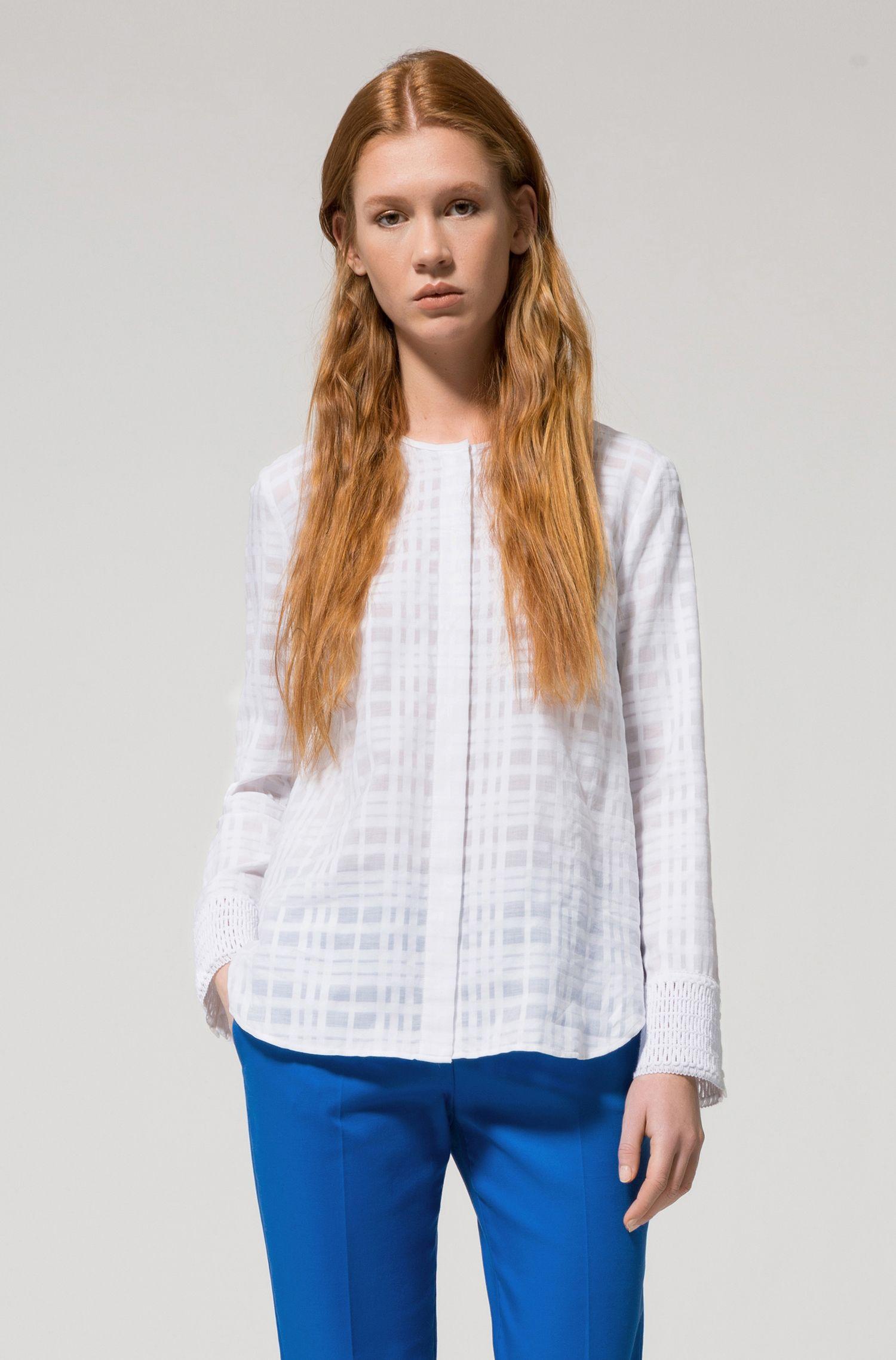Kragenlose Baumwoll-Bluse mit Makramee-Detail an den Ärmelbündchen