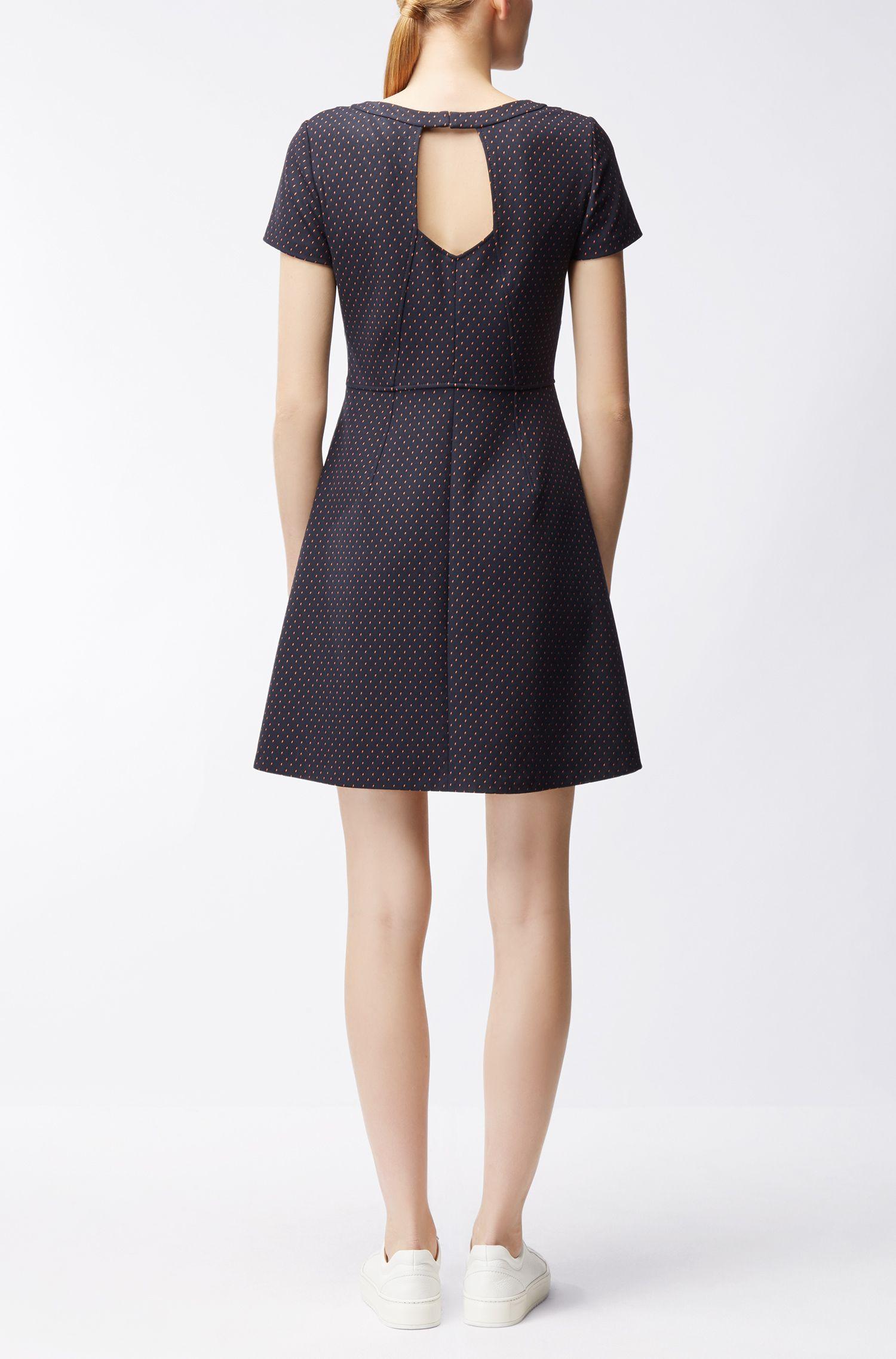 Getailleerde jurk van stretchmateriaal met dessin