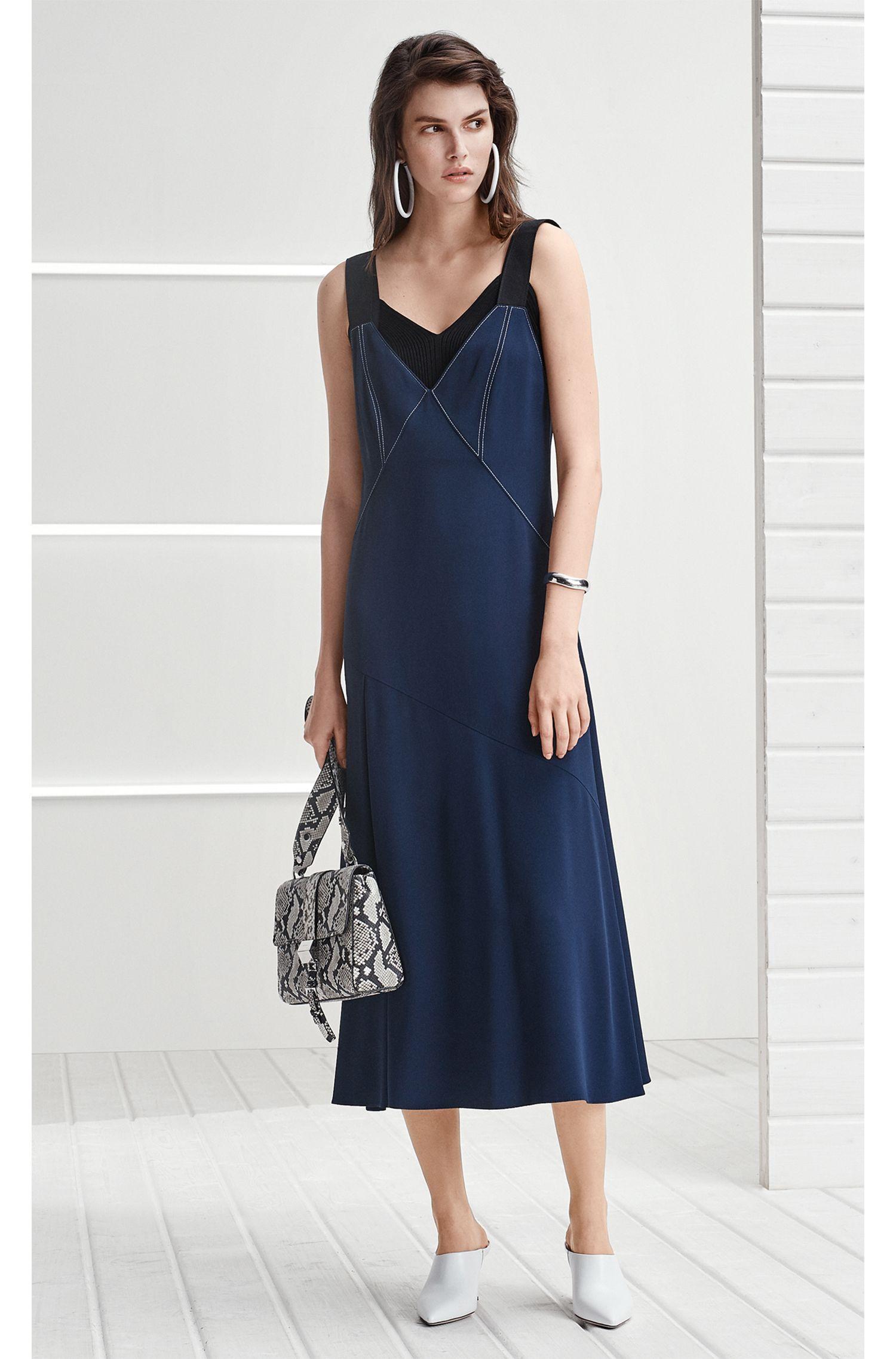 Vestito in crêpe con scollo a V e impunture di colore a contrasto