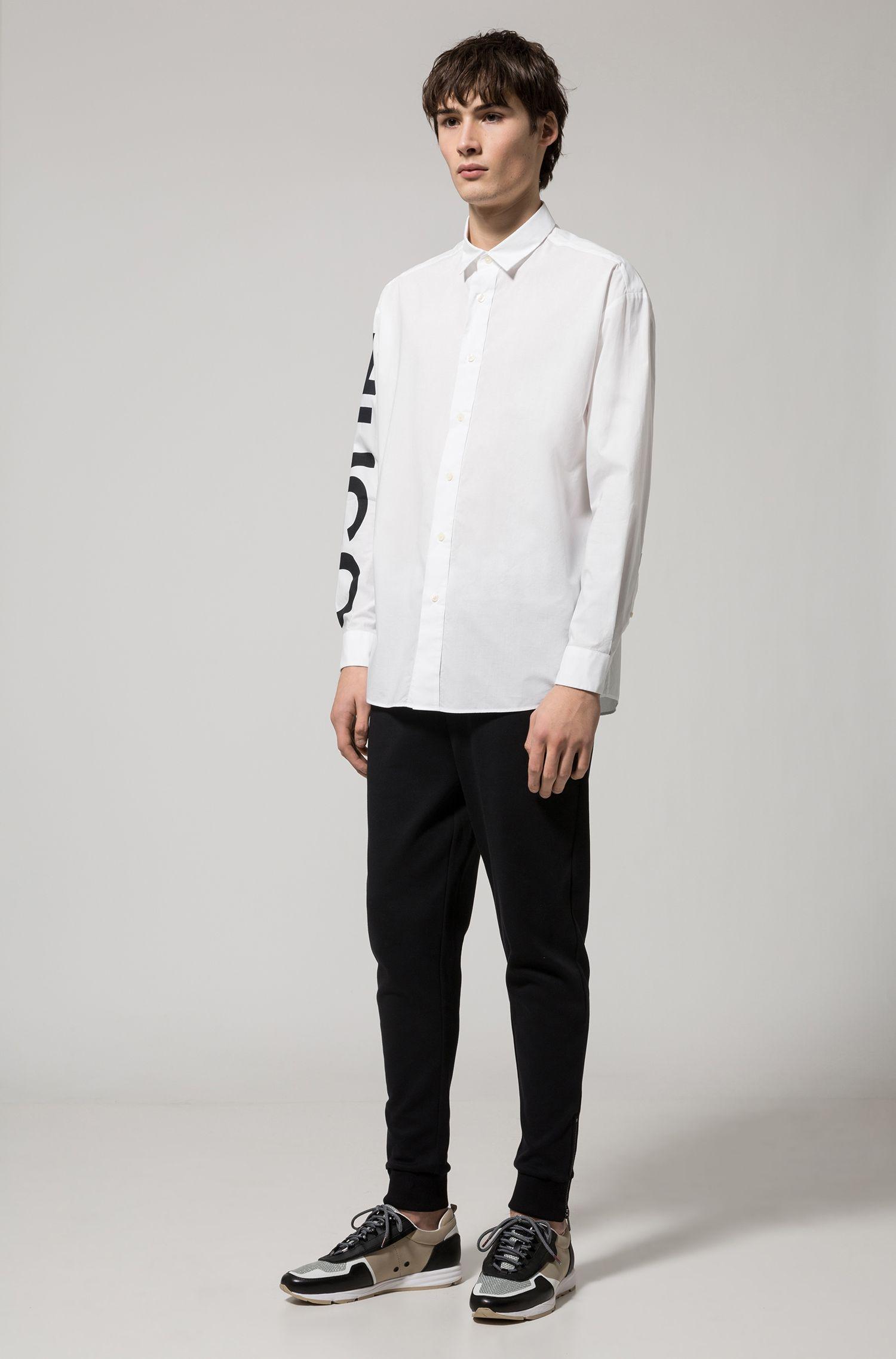 Camisa relaxed fit en algodón con logo estampado en la manga