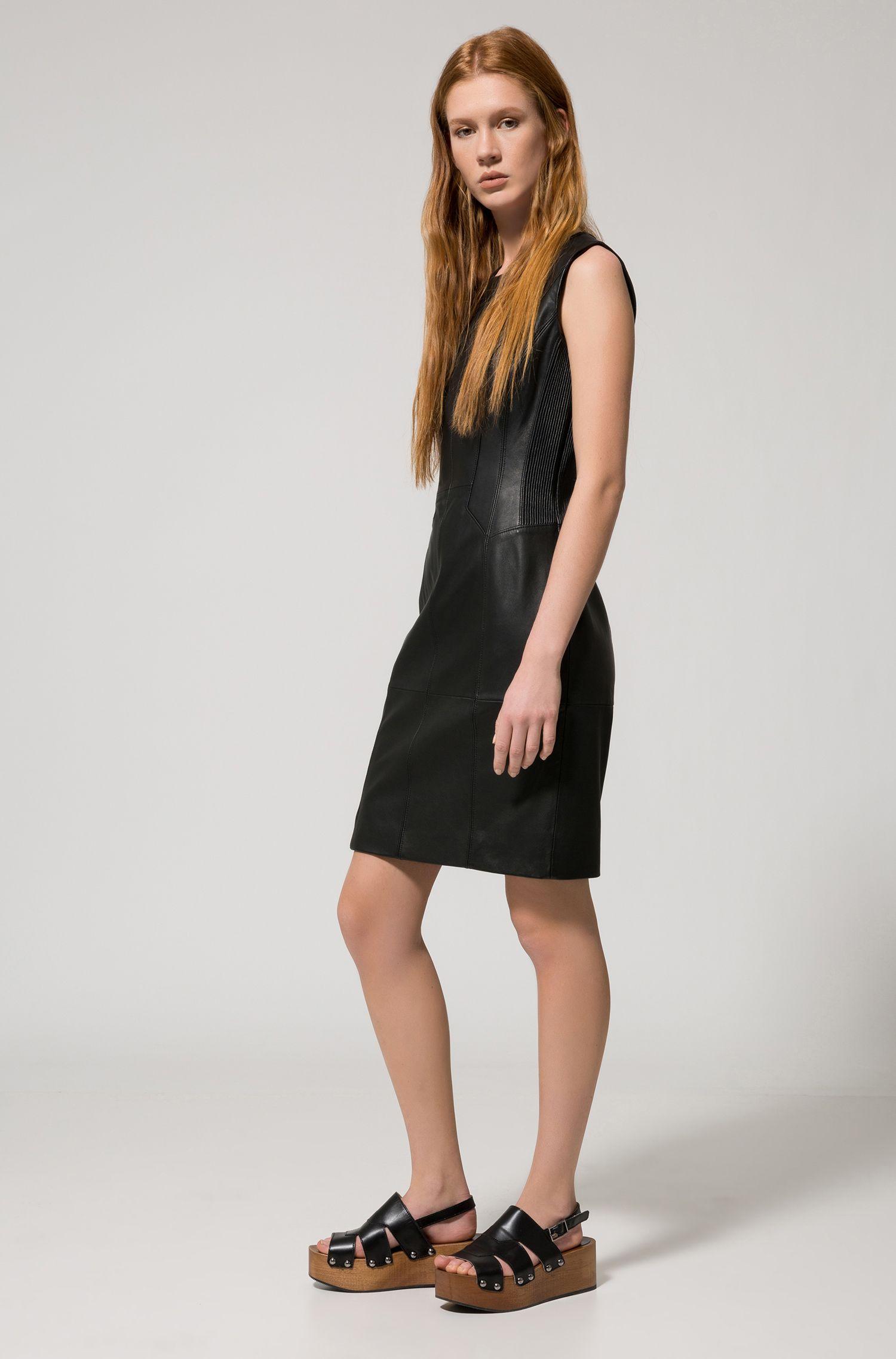 Vestido con detalles plisados en piel de napa de cordero
