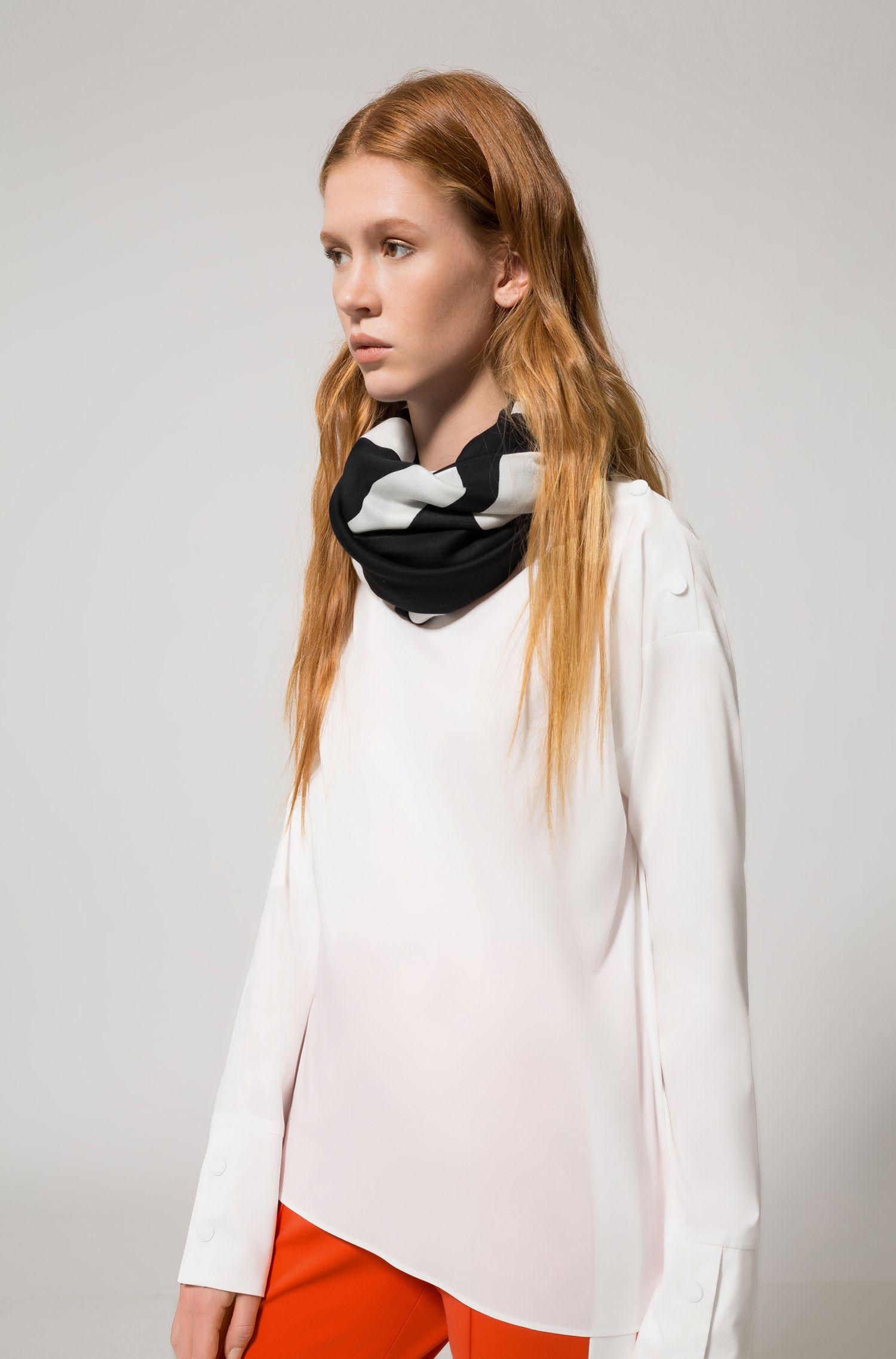 Schal aus Modal-Mix mit Baumwolle mit spiegelverkehrtem Logo