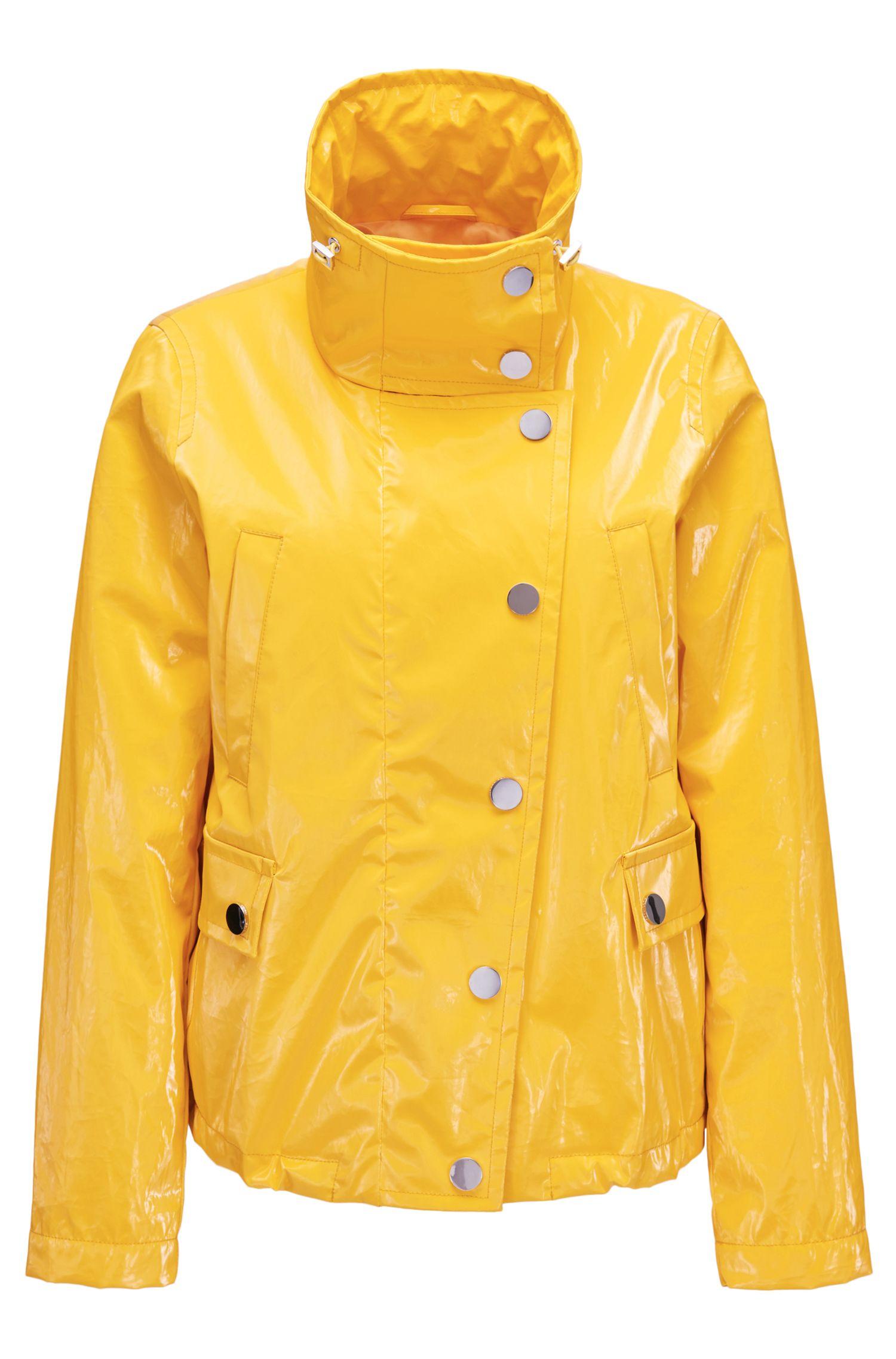 Veste imperméable en coton recouvert d'un revêtement thermocollé ultra brillant.