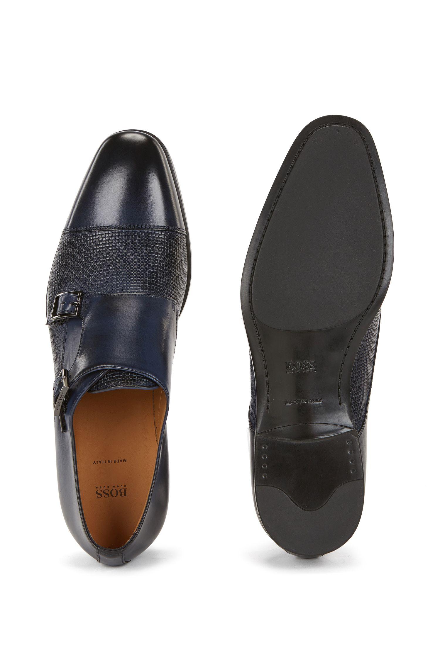 Zapatos de doble hebilla en piel lisa y grabada