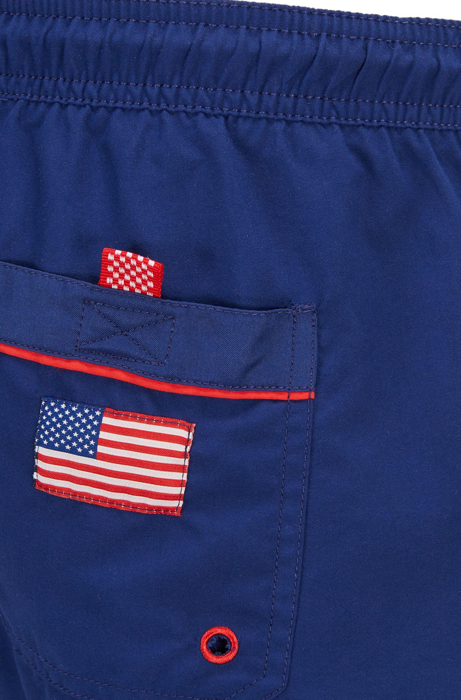 Bañador tipo shorts ligero con detalle de bandera