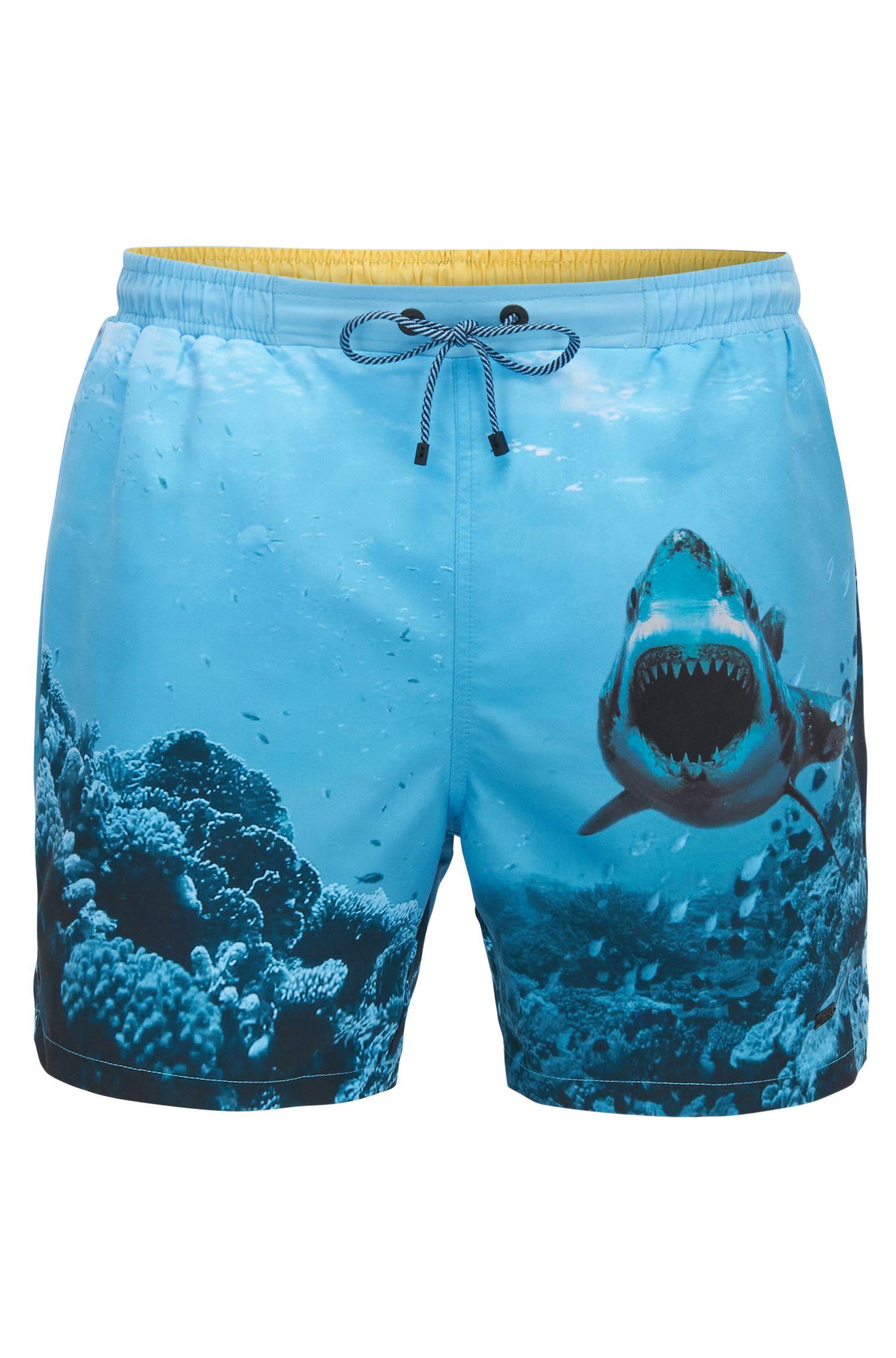 Bañador short de secado rápido con estampado de tiburón