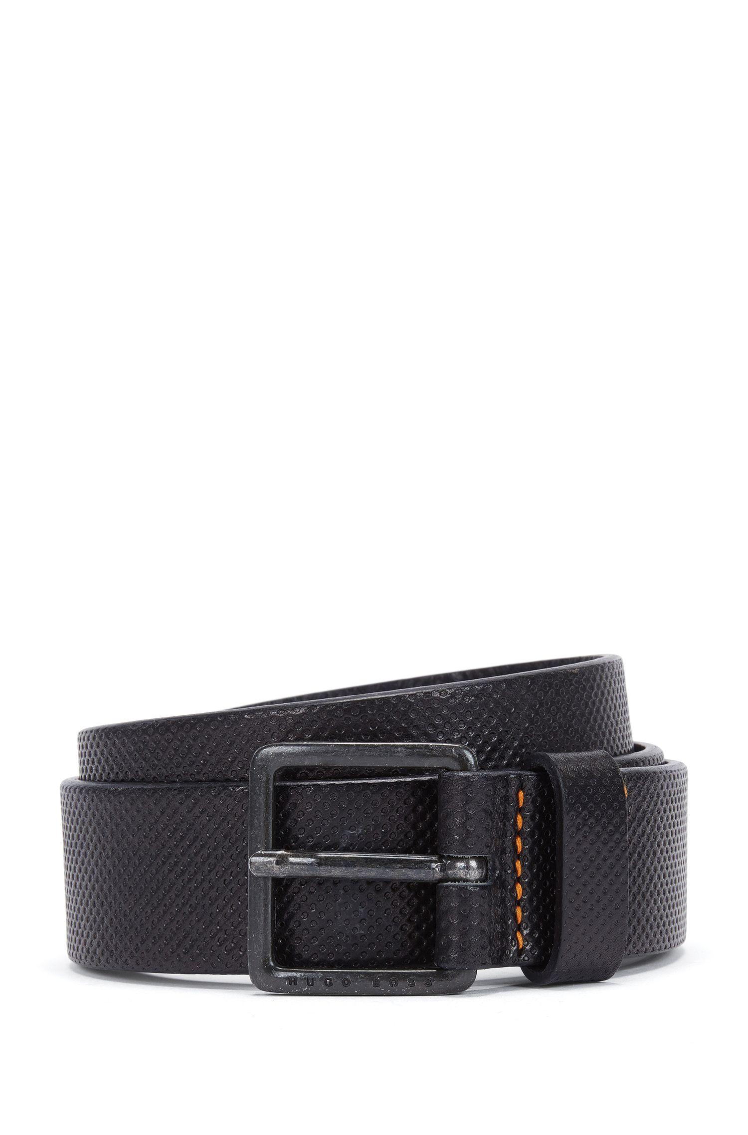 Cinturón de piel grabada con detalle de la marca en la hebilla de metal