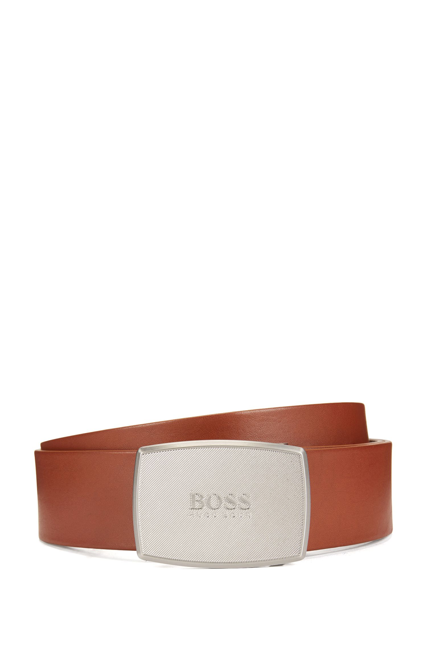 Smooth leather belt with textured plaque buckle