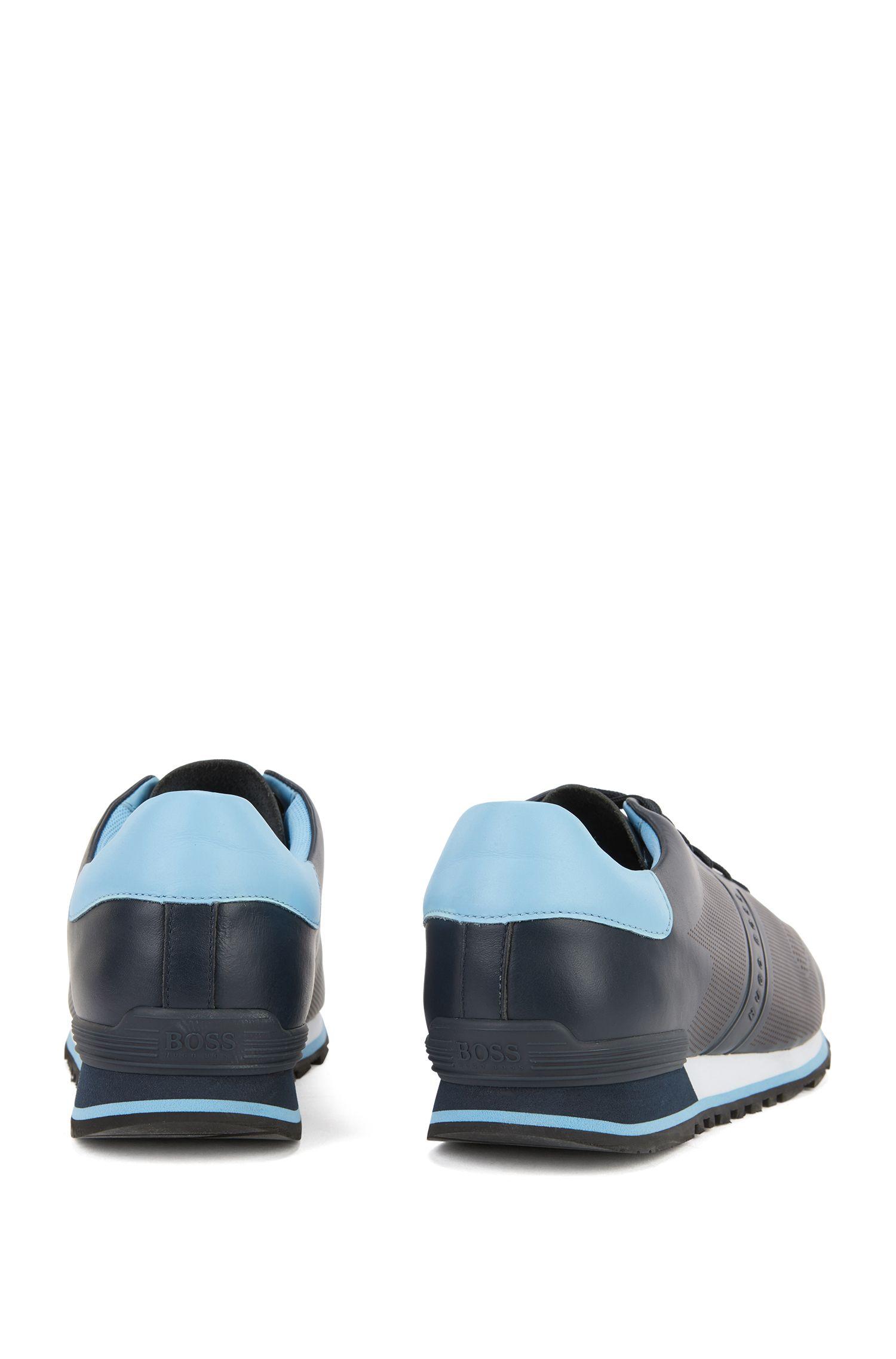 Sneakers aus Glattleder mit gelaserten Details