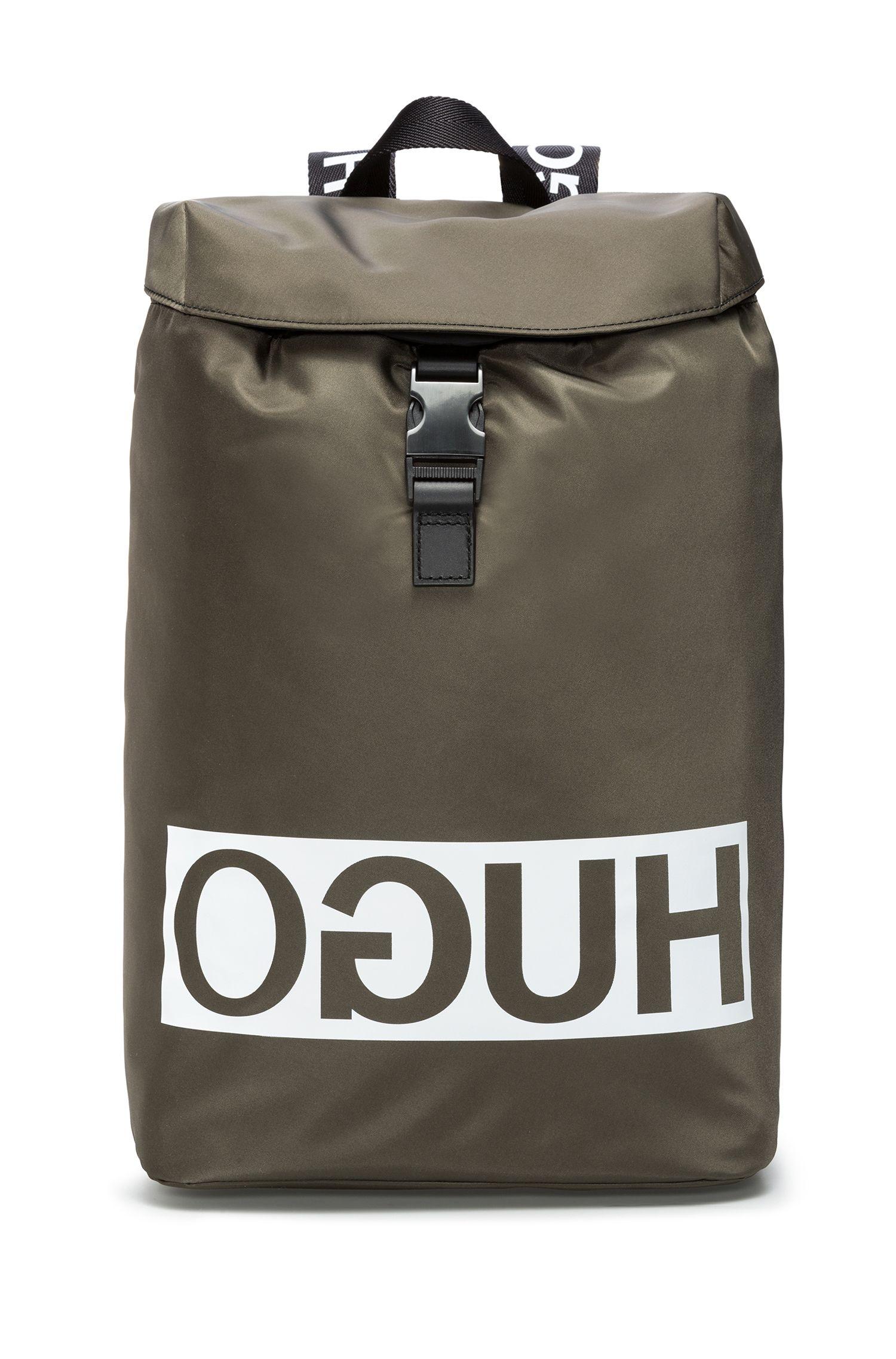 Rucksack aus Nylon-Gabardine mit Lederbesatz und Reversed-Logo