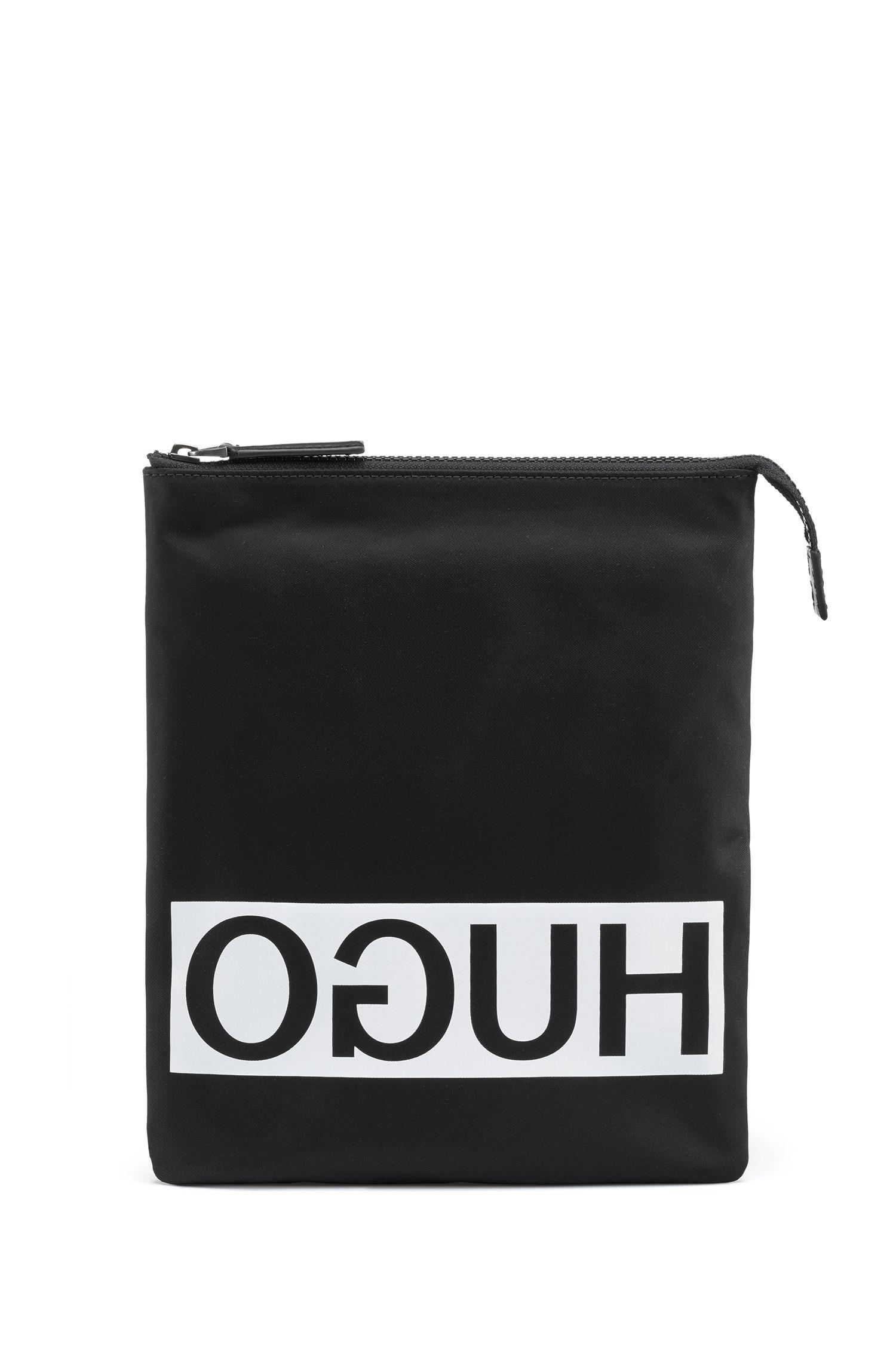 Bolso de estilo sobre con logo invertido en tejido de gabardina de nailon