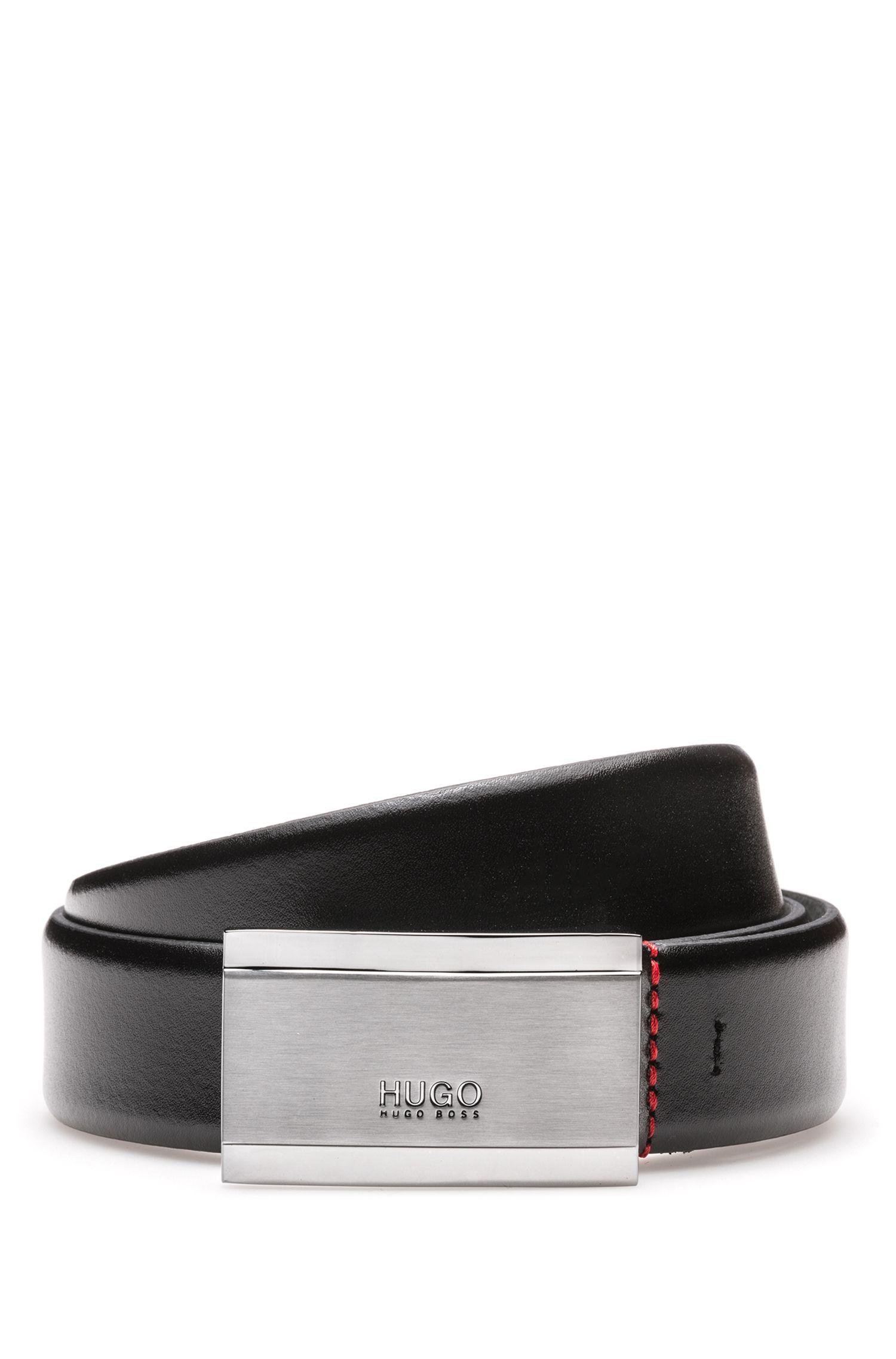 Cinturón de piel lisa con placa de metal grabada