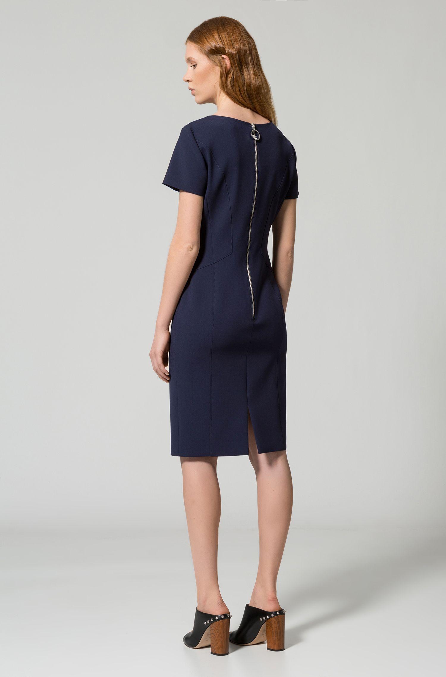 Nauwsluitende jurk met vrouwelijke naden