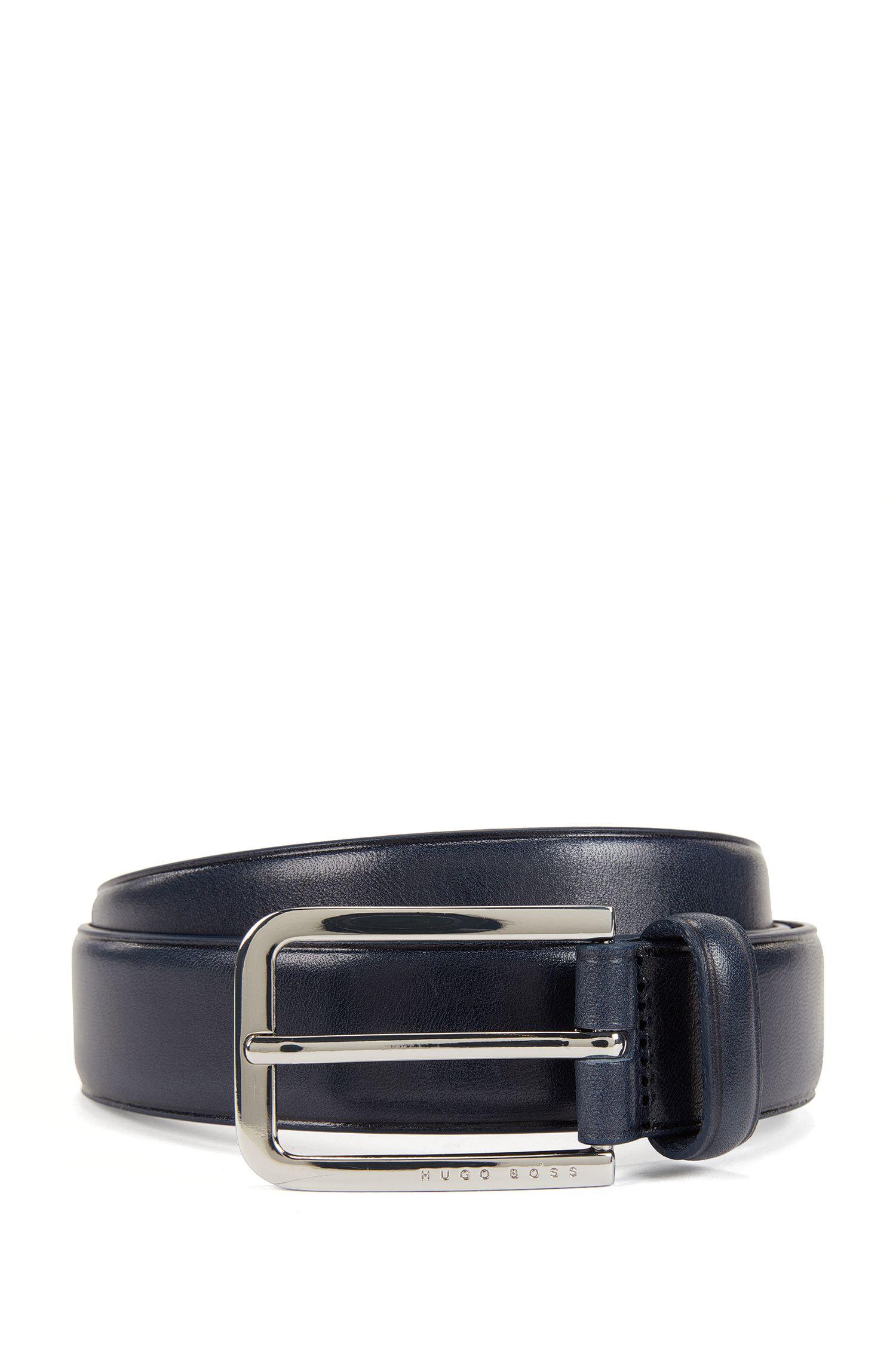 Cintura in pelle con superficie liscia e fibbia arrotondata in metallo lucido