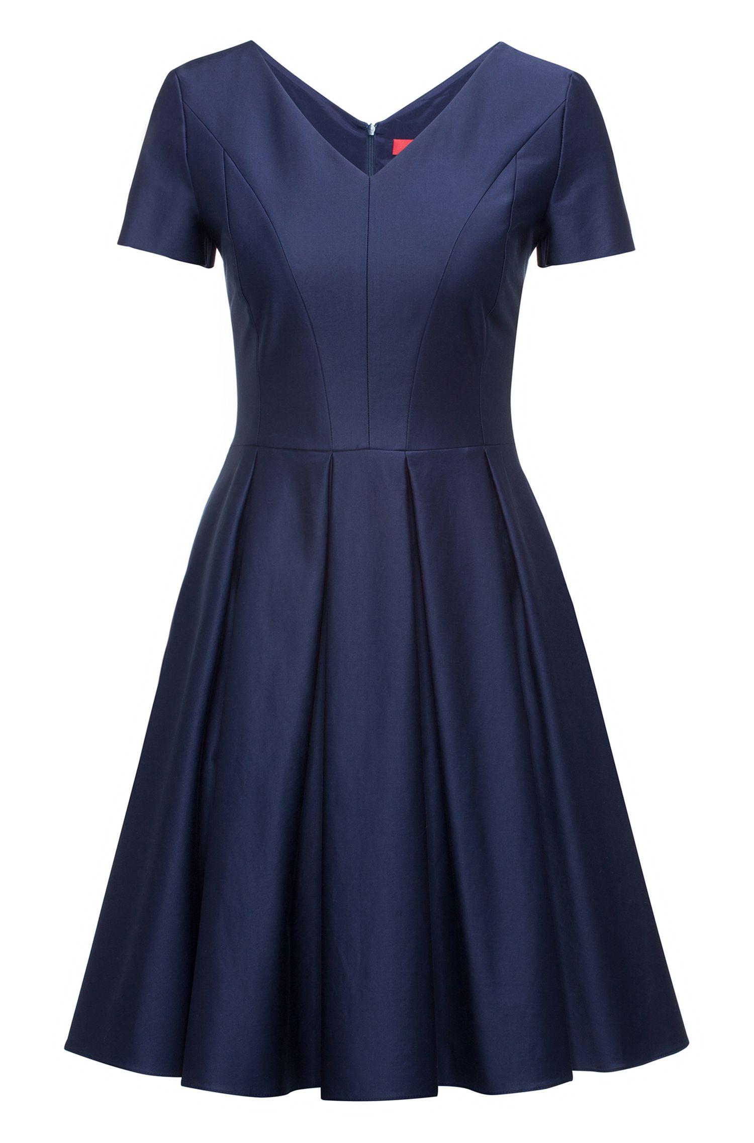 Moderno vestido con cuello en pico en algodón elástico con falda voluminosa