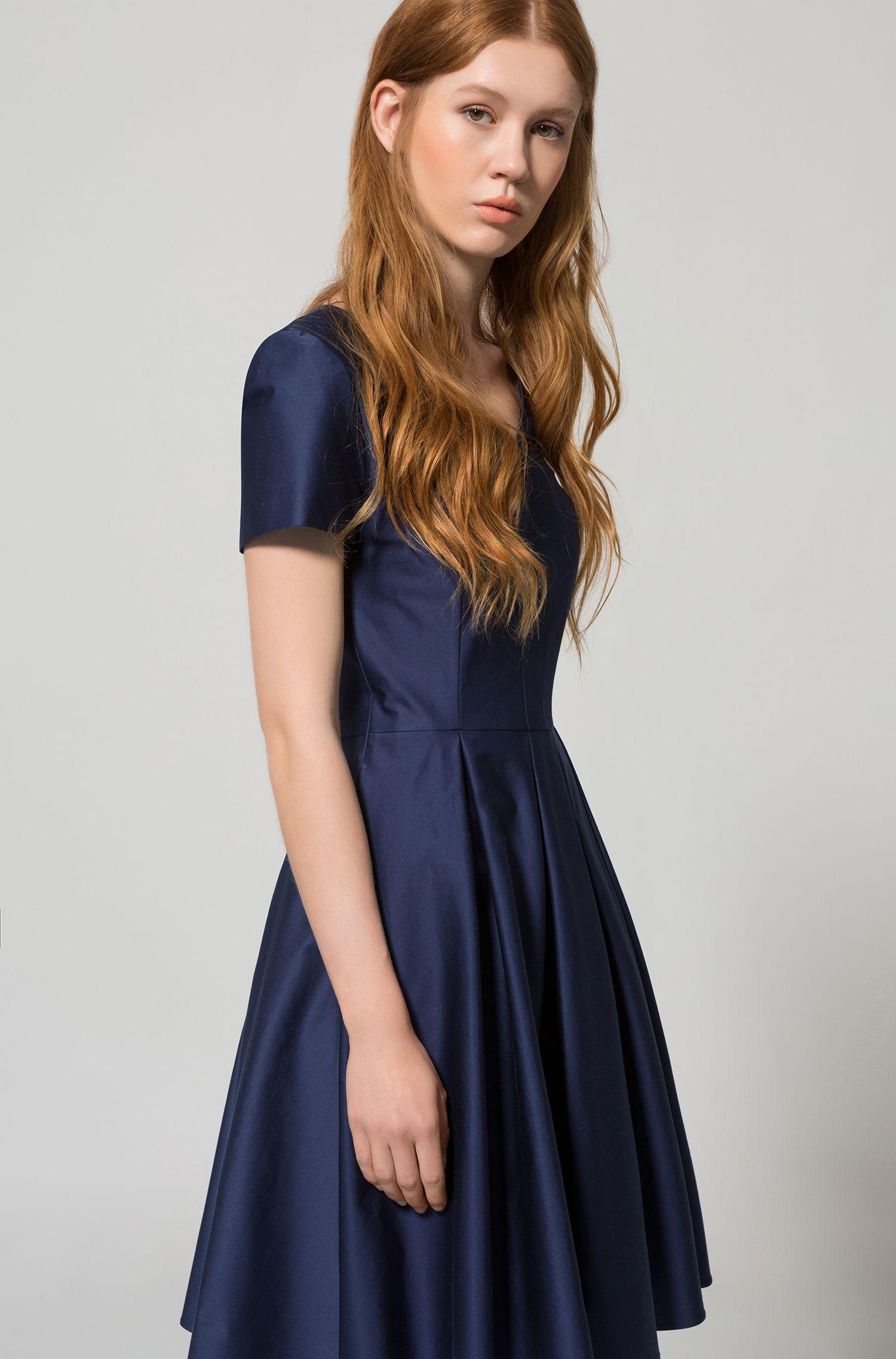 Moderne jurk met V-hals en volumineuze rok, van stretchkatoen