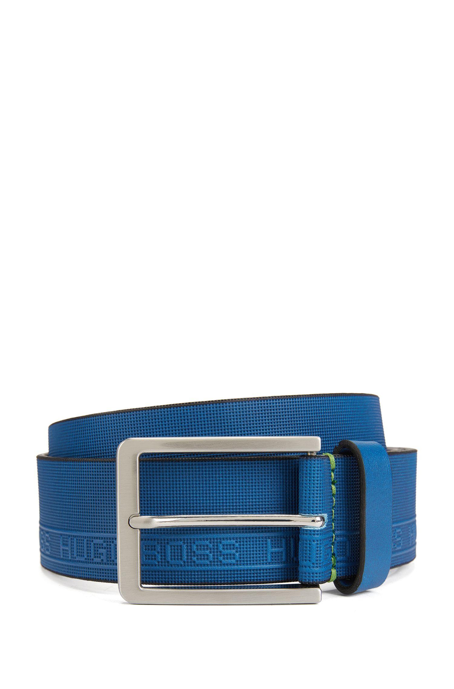 Cinturón de piel con textura y el logo grabado