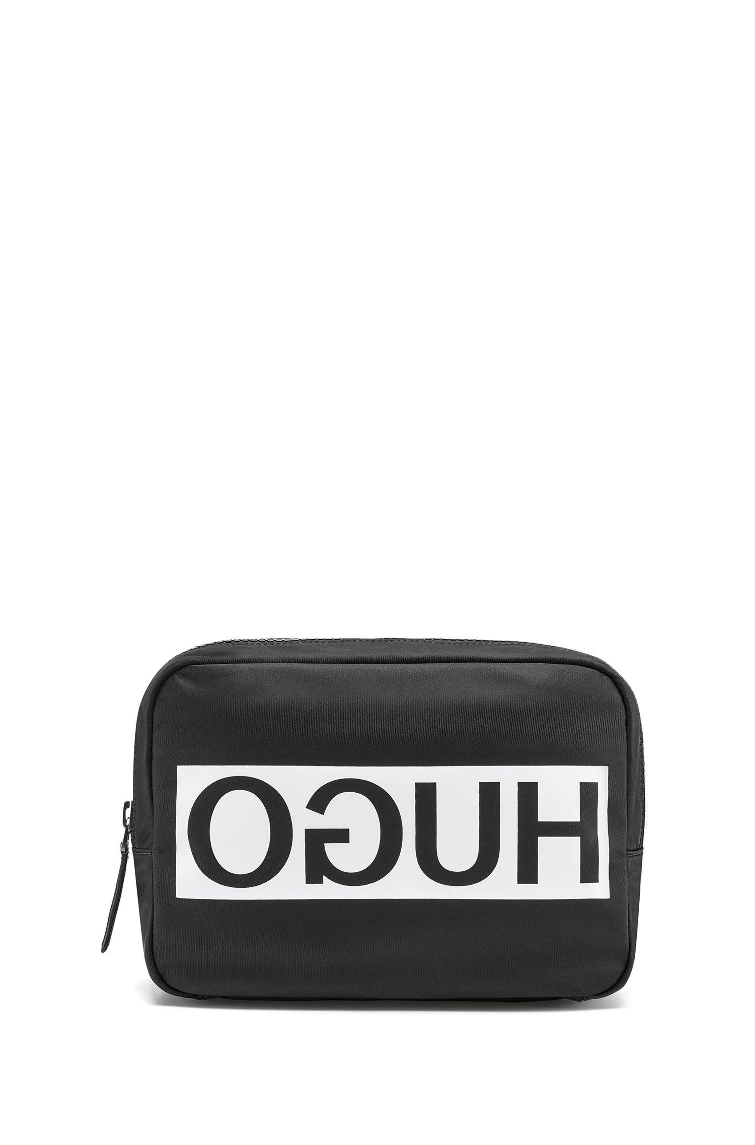 Neceser de nylon con logo invertido en contraste