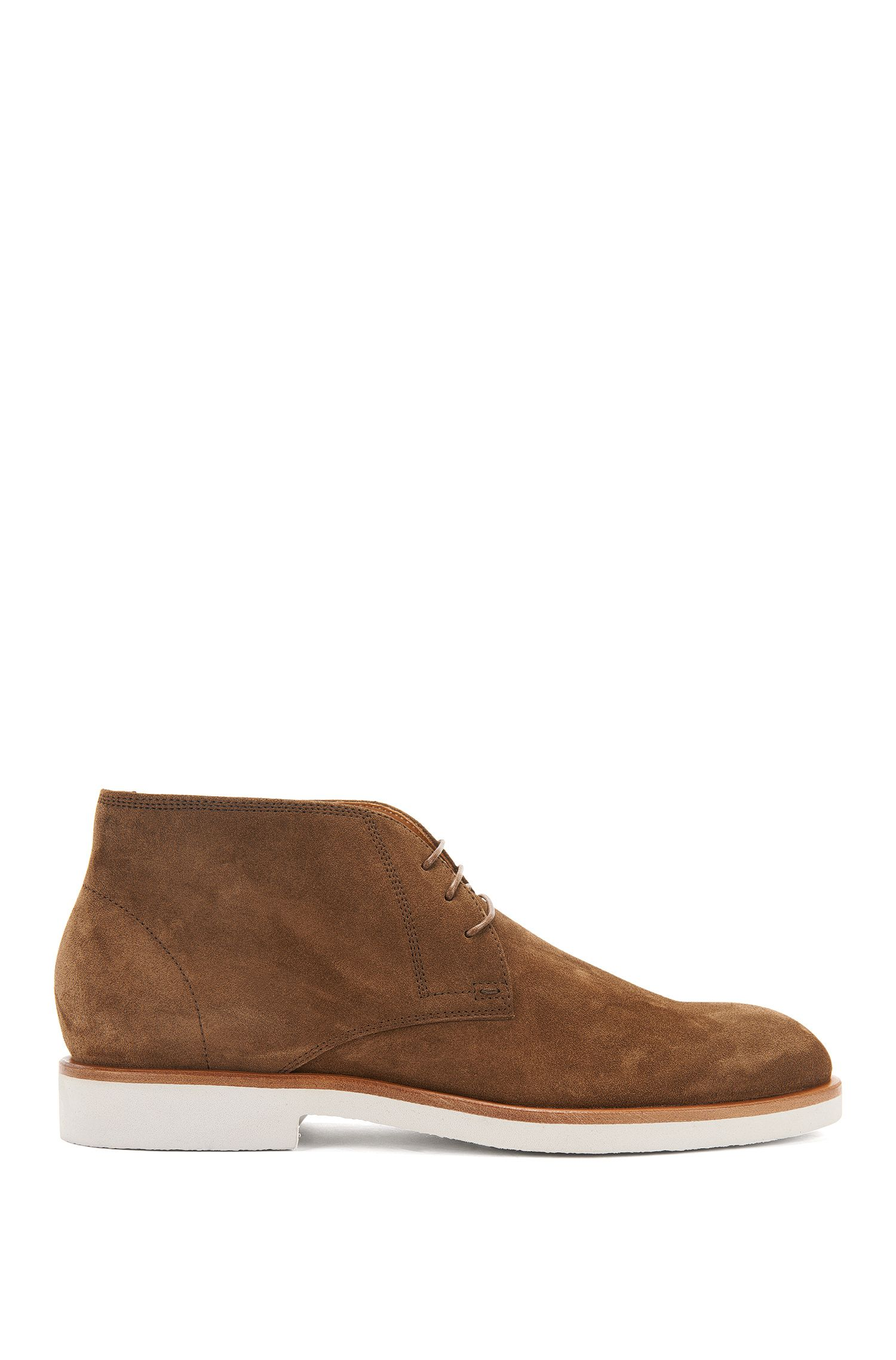 Suede desert boots on a crêpe sole