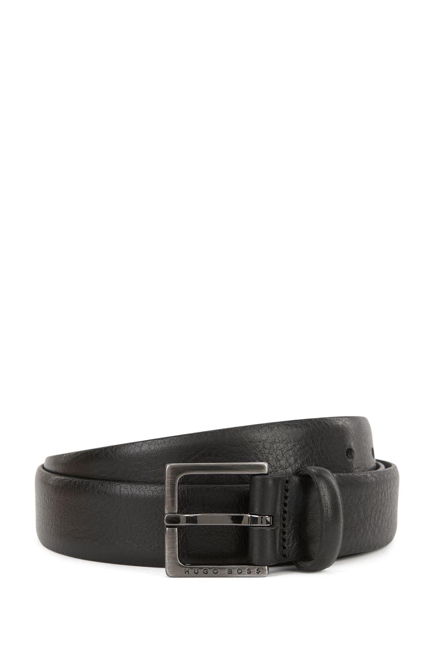 Cinturón de piel grabada con herrajes de metal pesado cepillado