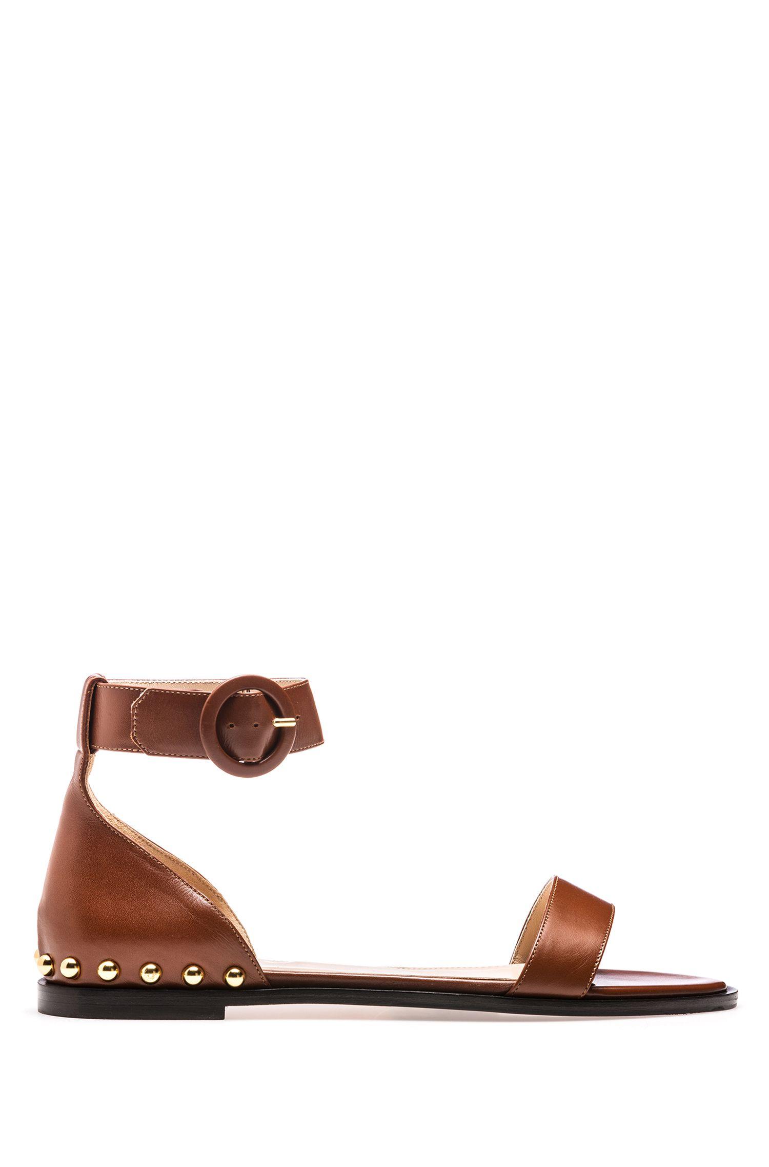 Sandalias en piel de becerro con tachuelas metalizadas