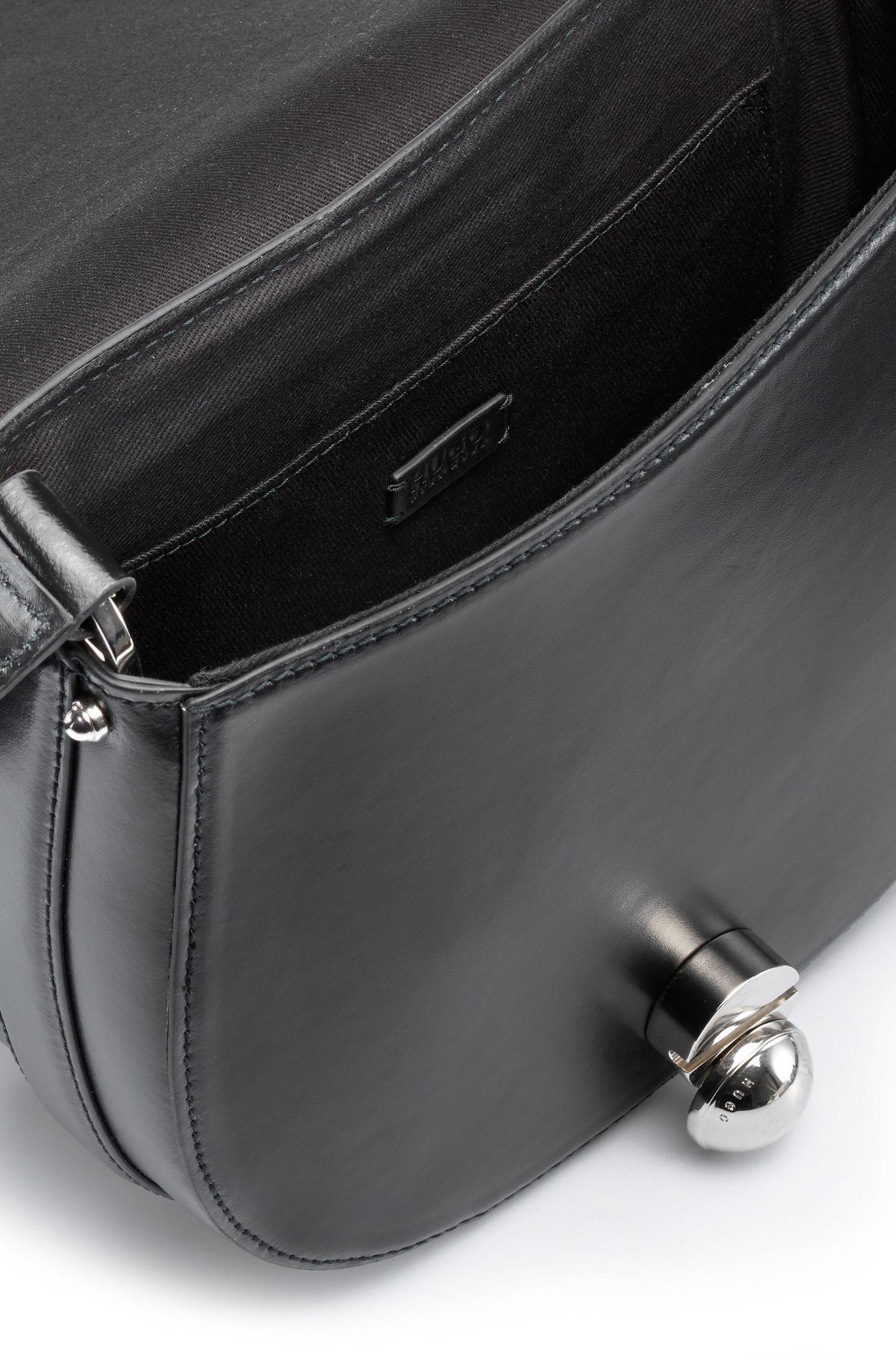 Besace en cuir lisse avec garniture polie