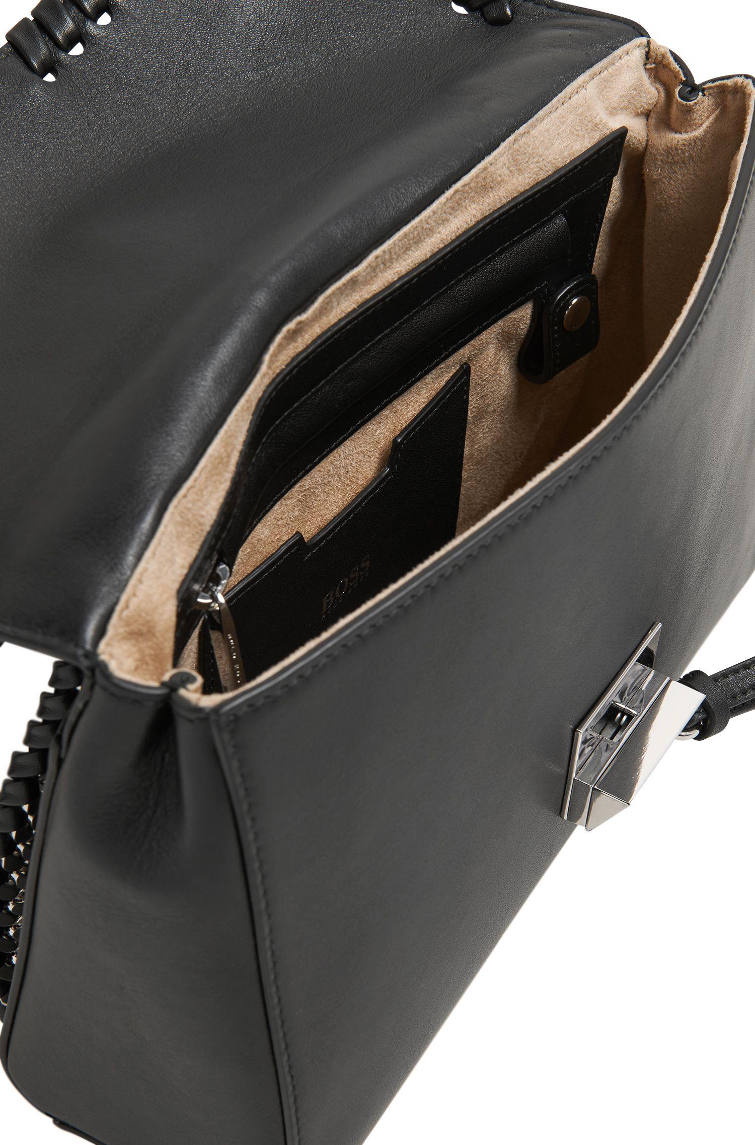 Bolso bandolera de piel con detalles tejidos y cierre a presión