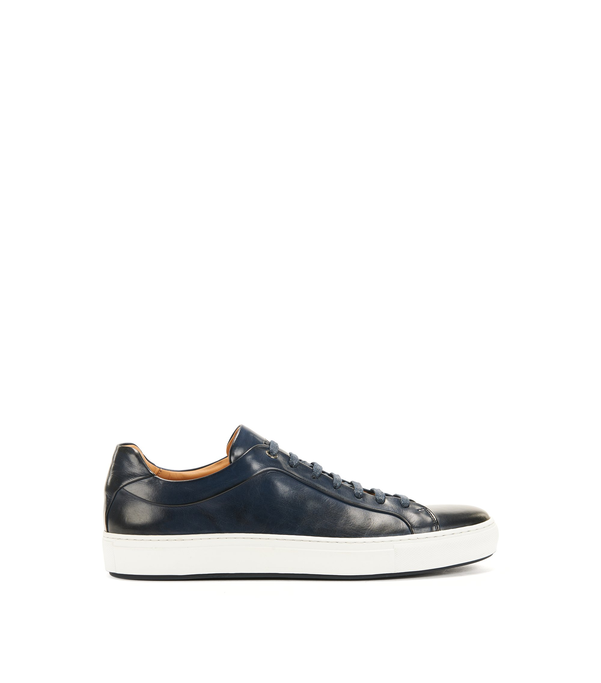 Sneakers in stile tennis in pelle brunita, Blu scuro