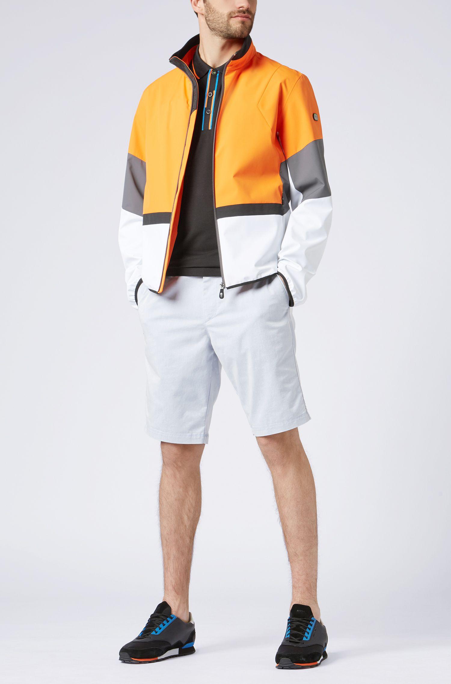 Slim-Fit Poloshirt mit versetzten Streifen, Schwarz